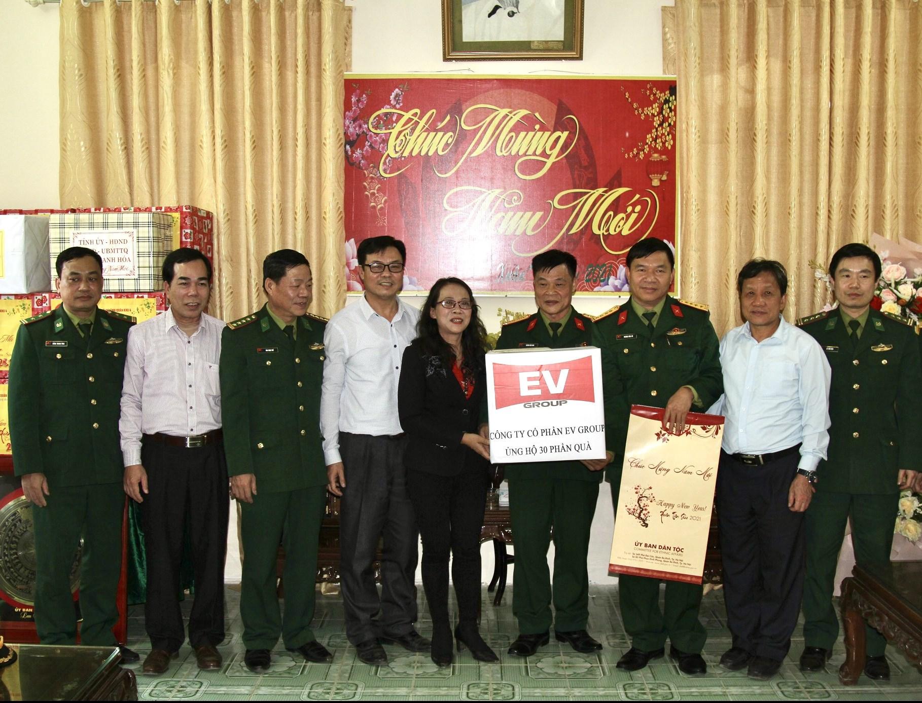 Thứ trưởng, Phó Chủ nhiệm Hoàng Thị Hạnh tặng quà Đoàn Kinh tế - Quốc phòng số 5, Quân khu IV