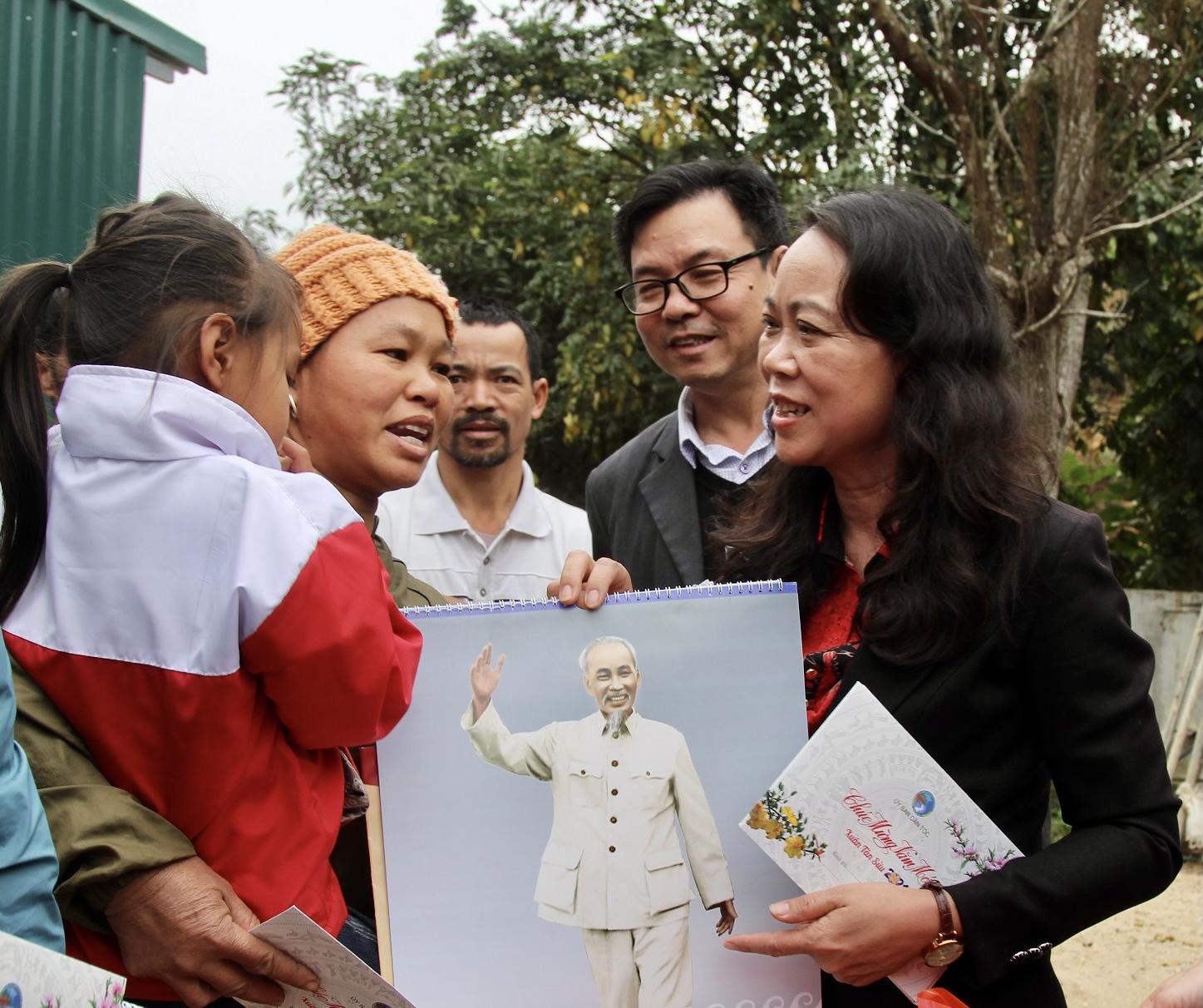 Thứ trưởng, Phó Chủ nhiệm Hoàng Thị Hạnh tặng quà hộ DTTS nghèo xã Mường Chanh, huyện Mường Lát