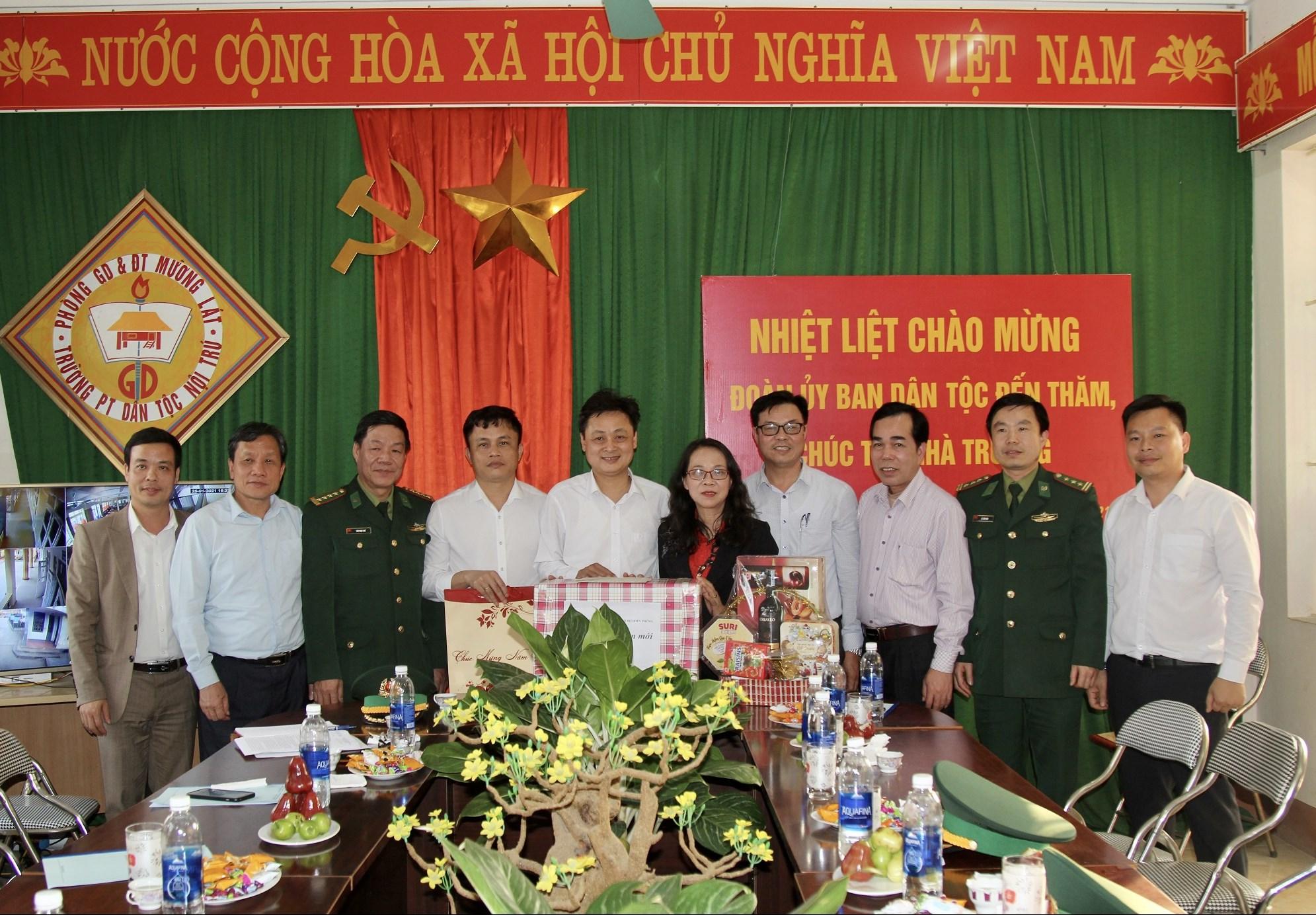Thứ trưởng, Phó Chủ nhiệm Hoàng Thị Hạnh tặng quà tại Trường Phổ thông DTNT huyện Mường Lát