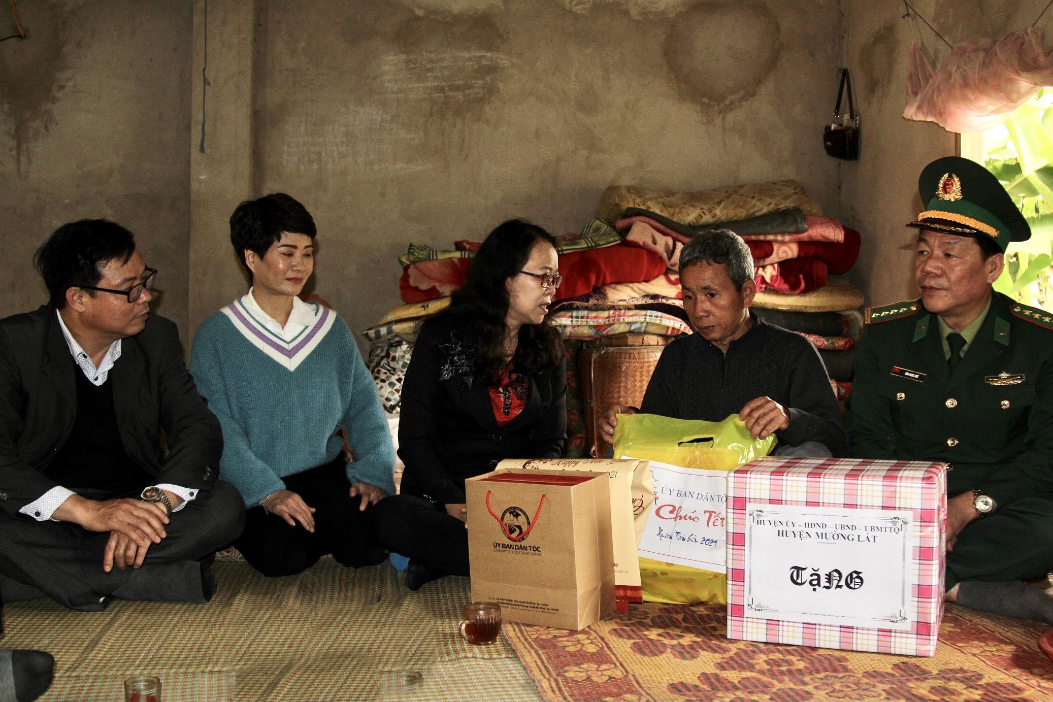 Thứ trưởng, Phó Chủ nhiệm Hoàng Thị Hạnh tặng quà hộ gia đình chính sách xã Mường Chanh, huyện Mường Lát