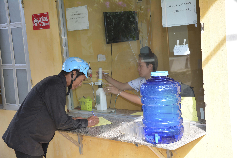 Người bệnh đến uống thuốc Methadon tại Trạm y tế xã Mường Pồn, huyện Điện Biên (tỉnh Điện Biên).