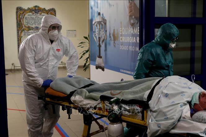 Nhân viên y tế chuyển bệnh nhân mắc COVID-19 tại một bệnh viện ở Lisbon, Bồ Đào Nha ngày 8/1/2021. Ảnh: THX/TTXVN