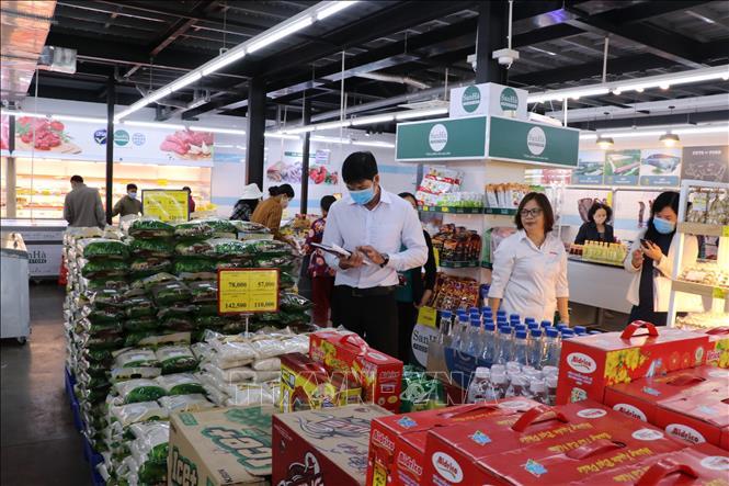 Các siêu thị, chuỗi cửa hàng... trên địa bàn Long An đã thực hiện phương án tạm trữ hàng hóa, đảm bảo cung ứng đầy đủ nhu cầu mua sắm của người dân trong dịp Tết sắp tới. Ảnh: Bùi Giang/TTXVN