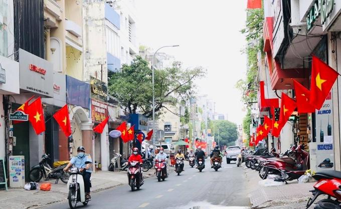 Các tuyến phố ở TP. Hồ Chí Minh rực rỡ cờ đỏ sao vàng