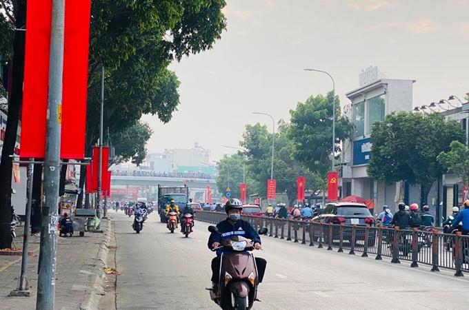 """Cùng với cả nước, toàn hệ thống chính trị và các tầng lớp nhân dân TP Hồ Chí Minh phấn khởi hướng về Đại hội với niềm tin sâu sắc. Những ngày này, các tuyến đường tại thành phố mang tên Bác rực rỡ cờ, hoa, pa-nô, biểu ngữ… tạo nên một không khí vui tươi, hân hoan, rộn ràng. Anh Trần Nguyễn Minh, ngụ TP Thủ Đức, chia sẻ: Hơn một tuần nay, mỗi lần đi vào trung tâm thành phố, tôi thấy những con đường như được khoác chiếc áo mới, rực rỡ hơn với cờ Đảng, cờ Tổ quốc. Trong lòng tôi dâng lên niềm tin về sự thành công của Đại hội. Đại hội sẽ tạo ra bước ngoặt lớn, đưa đất nước ta phát triển lên một tầm cao mới. Chúng tôi đến Chi bộ 9, thuộc Đảng bộ phường 9, quận Phú Nhuận đúng dịp chi bộ tổ chức sinh hoạt định kỳ tháng 1-2021. Đảng viên Lê Hồng Liêm bày tỏ niềm hạnh phúc khi kỳ sinh hoạt lần này đúng vào phiên trù bị Đại hội. Chính vì thế, phần phát biểu trong kỳ sinh hoạt Chi bộ 9 lần này cũng đặc biệt hơn mọi lần khi nhiều đảng viên bày tỏ tình cảm, sự kỳ vọng của mình về Đại hội. Đồng chí Lê Hồng Liêm cho biết thêm: """"Với sự chuẩn bị chu đáo, Đại hội nhất định sẽ bầu những đại biểu có đức, có tài và có tầm để đưa con thuyền Việt Nam vượt qua khó khăn, thử thách, tiếp tục đạt được những thành công mới"""". Để chào mừng Đại hội, Chi bộ 9 đã thực hiện công trình """"đặc biệt"""" với sự chung sức của các đảng viên trong chi bộ và quần chúng nhân dân. Đó là bức tranh tường gần 40 m2 tại hẻm 12, tổ 80, khu phố 5, phường 9, quận Phú Nhuận, với hình ảnh người lính đảo Trường Sa đứng gác nơi đầu sóng, ngọn gió và bức tranh Đông Hồ đầy sắc Xuân. Đồng chí Vũ Thúy Hòa, Bí thư Chi bộ 9 cho biết, ý tưởng về bức tranh tường đã được đưa ra bàn bạc trong các kỳ sinh hoạt chi bộ năm 2020, với mong muốn có một công trình ý nghĩa chào mừng Đại hội, vừa làm đẹp khu phố, vừa giáo dục lòng yêu nước, yêu quê hương cho người dân, nhất là các bạn trẻ. Ngay ngày đầu năm 2021, đông đảo đảng viên, cựu chiến binh, phụ nữ, thanh niên và cả các em nhỏ trong hai tổ 80, 81 đã tham gia góp sức để thực hiện bức tra"""
