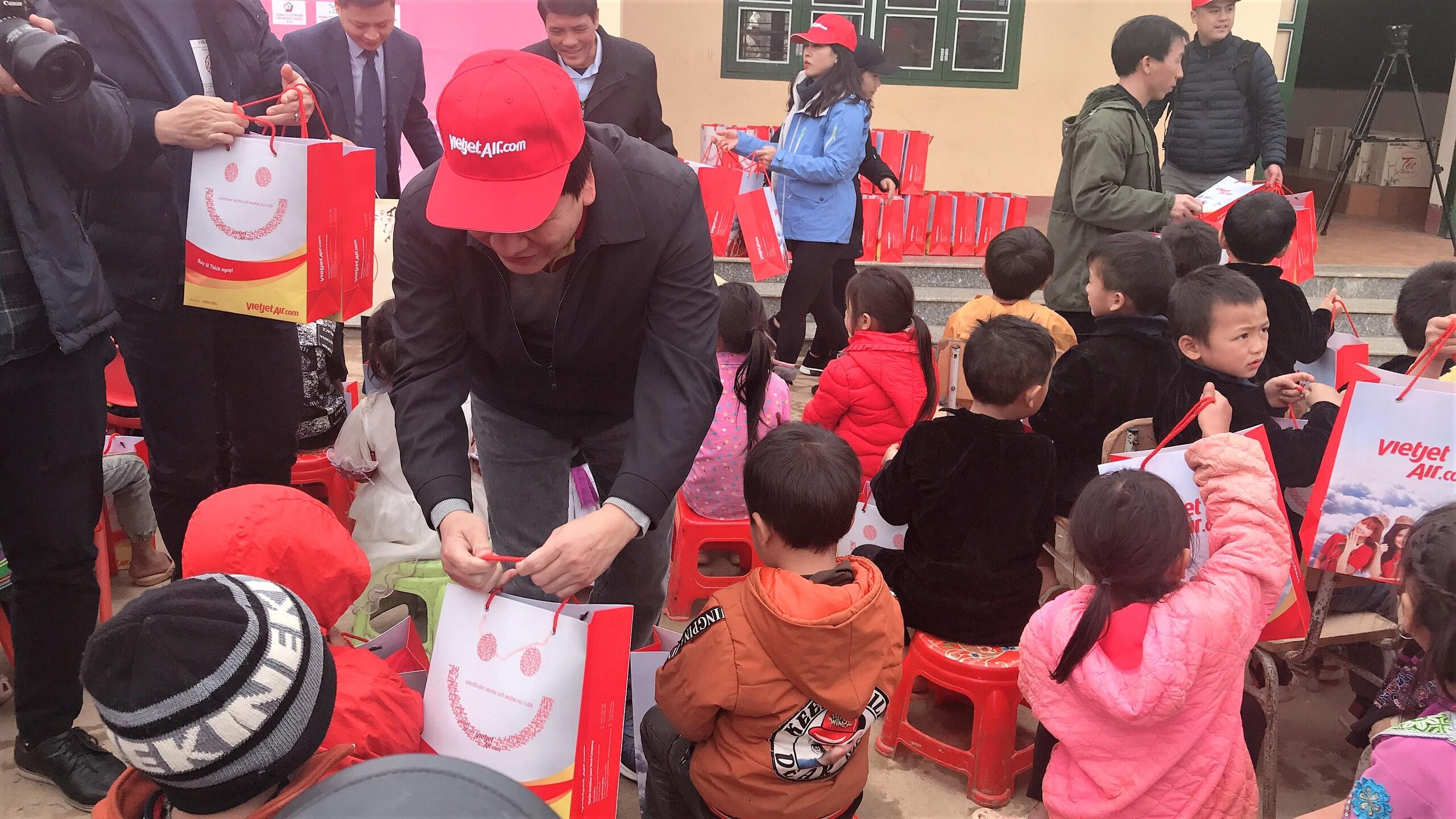 Ông Dương Hoài Nam, Giám đốc Văn phòng miền Bắc Công ty Cổ phần Hàng không Vietjet tặng quà học sinh điểm trường Bản Kha, xã Sín Chéng
