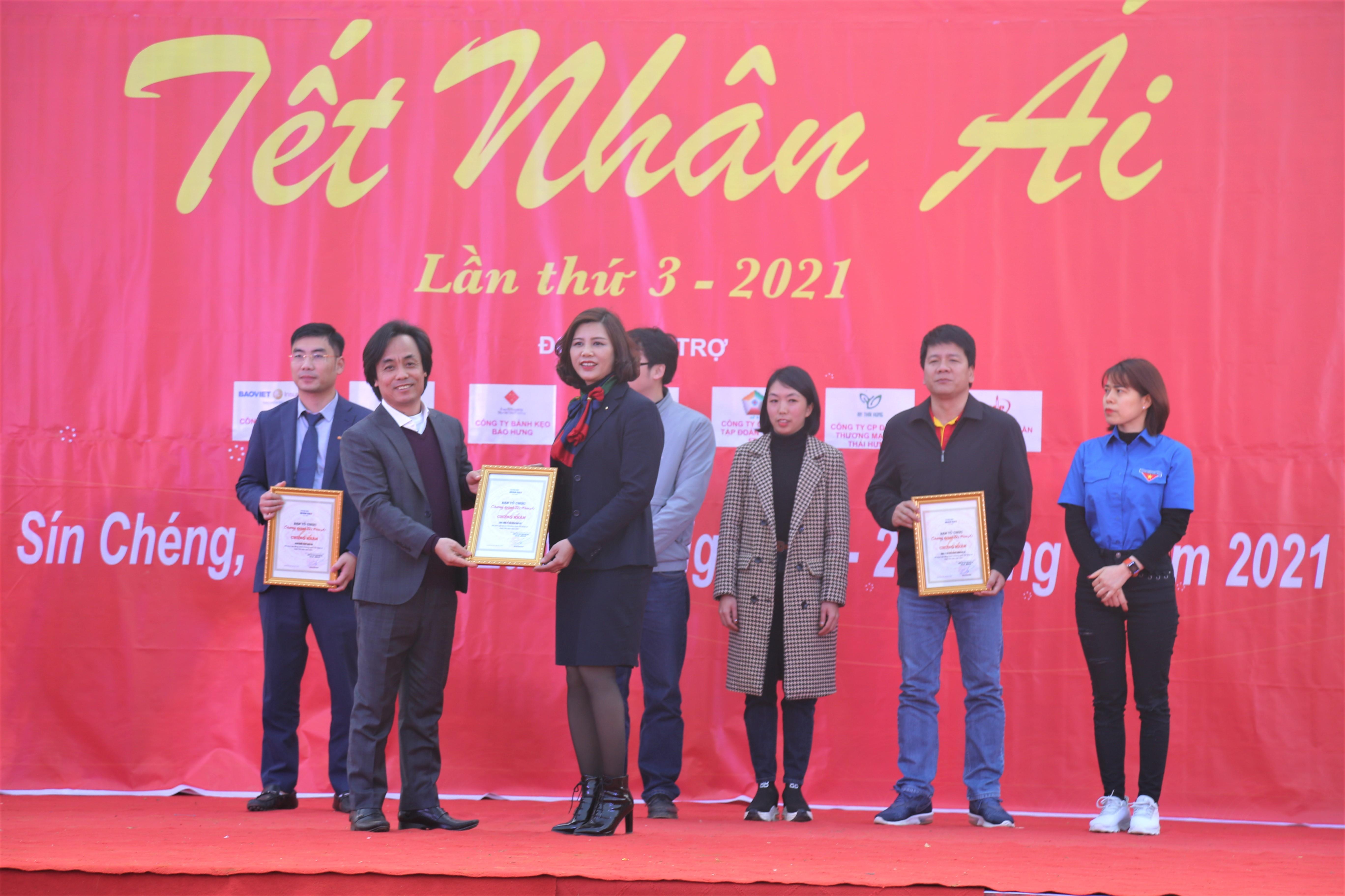 Ông Phạm Văn Hà - Giám đốc Trung tâm Truyền hình Nhân đạo trao giấy chứng nhận cho các đơn vị đồng hành cùng chươn trình