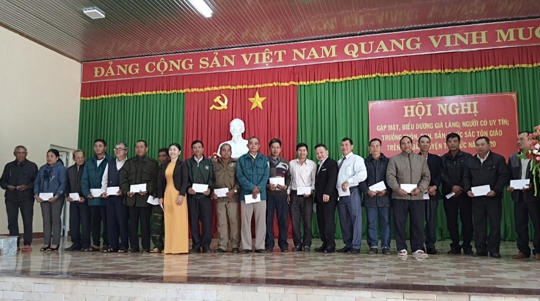 Ông Tráng A Dương, Quyền Vụ trưởng Vụ Địa phương II (thứ 8 từ phải qua) trao quà của UBDT cho Người có uy tín