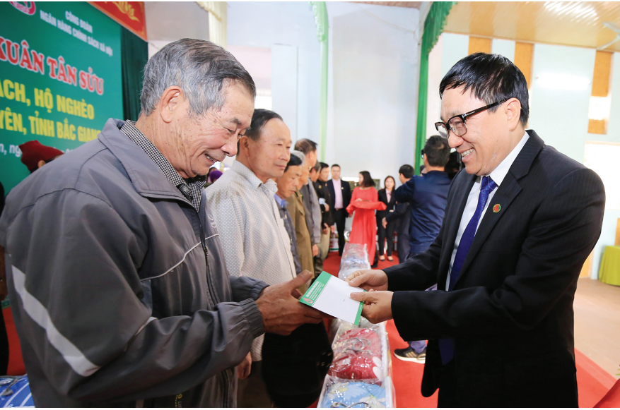 Tổng Giám đốc NHCSXH Dương Quyết Thắng tặng quà cho các gia đình có công với Cách mạng, gia đình chính sách và hộ nghèo tại xã Lam Cốt