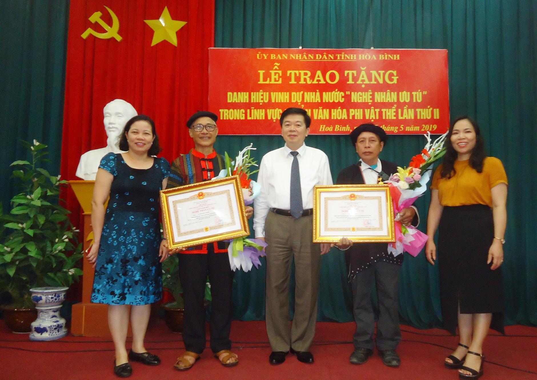 """Thầy giáo Lường Đức Chôm (thứ hai bên trái) được nhận danh hiệu """"Nghệ nhân Ưu tú"""" trong lĩnh vực văn hóa phi vật thể năm 2019"""