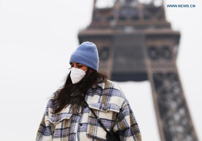 Người dân đeo khẩu trang tại Quảng trường Trocadero - nơi lý tưởng ngắm nhìn tháp Eiffel ở thủ đô Paris, Pháp, ngày 27/1. (Ảnh: Xinhua)
