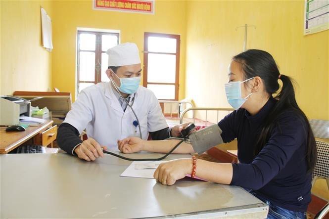 Người dân đến khám và điều trị tại Trạm y tế xã Tân Đồng