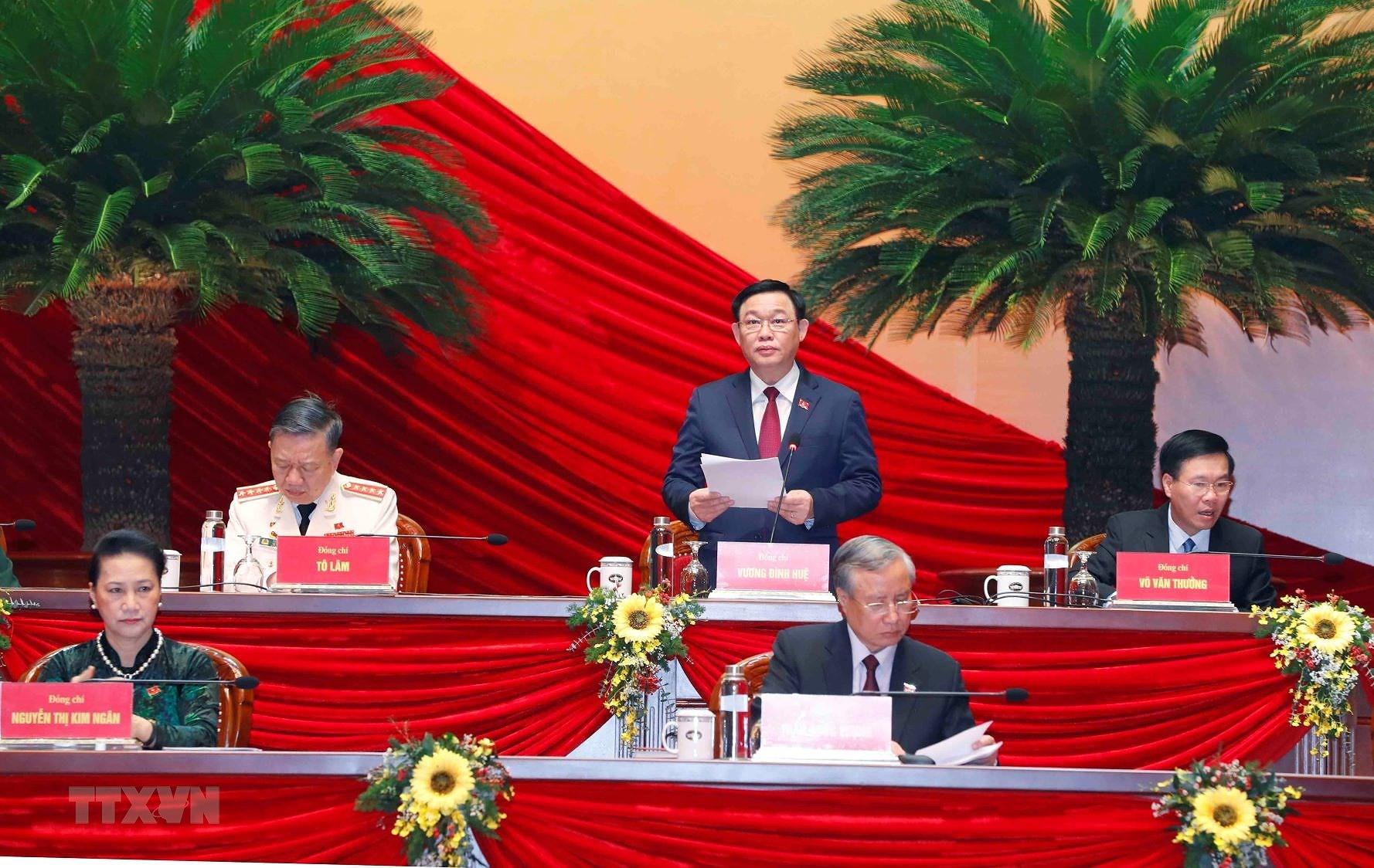 Ủy viên Bộ Chính trị, Bí thư Thành ủy Hà Nội Vương Đình Huệ thay mặt Đoàn Chủ tịch điều hành phiên họp sáng 28/1 (Ảnh: TTXVN)
