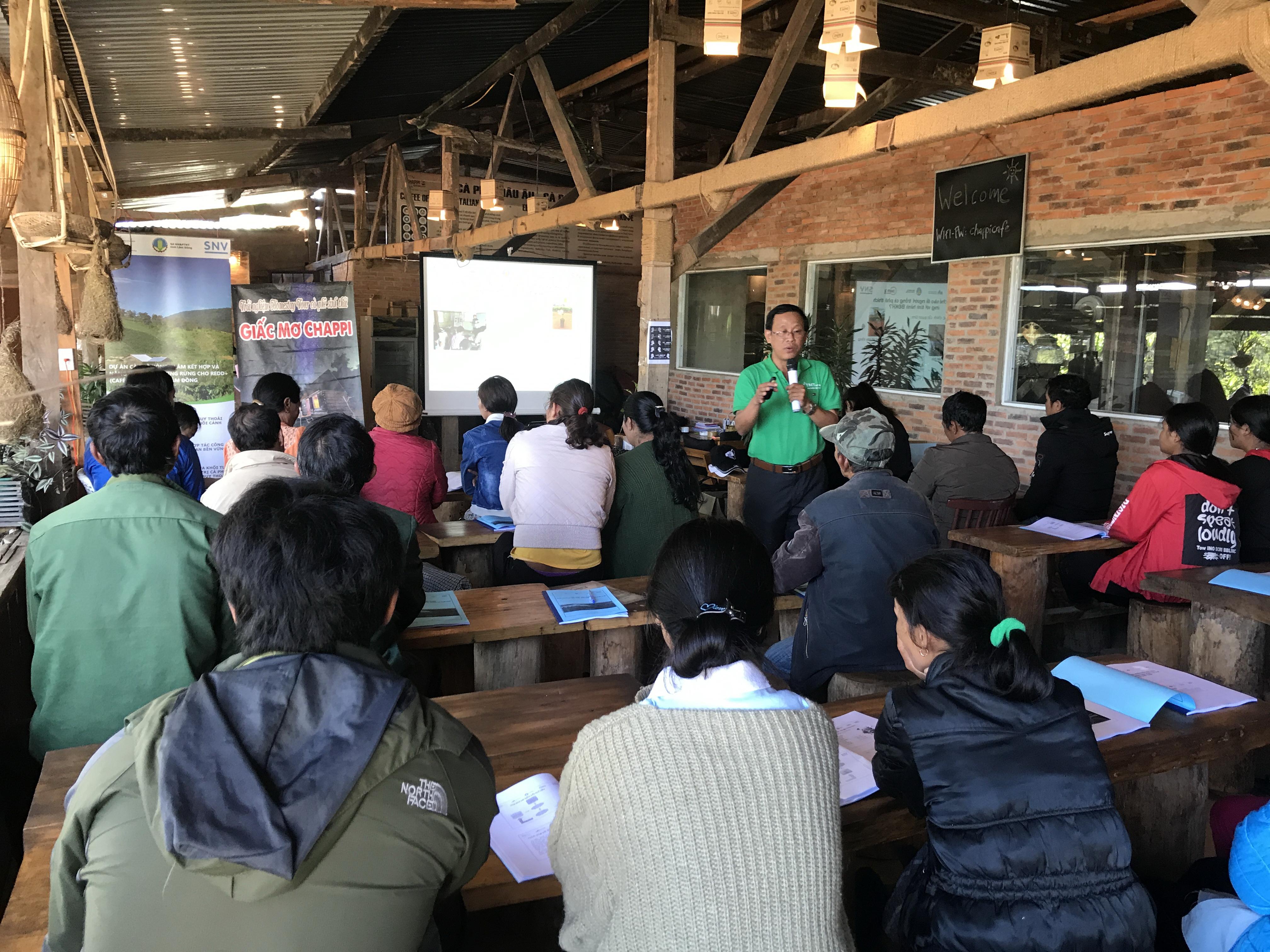 Cán bộ kỹ thuật tập huấn cho xã viên Hợp tác xã Cà phê Arabica Chappi Lạc Dương