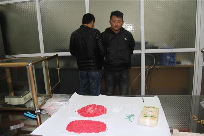Đối tượng Ma Seo Lềnh và tang vật tại cơ quan cảnh sát điều tra. Ảnh: TTXVN phát
