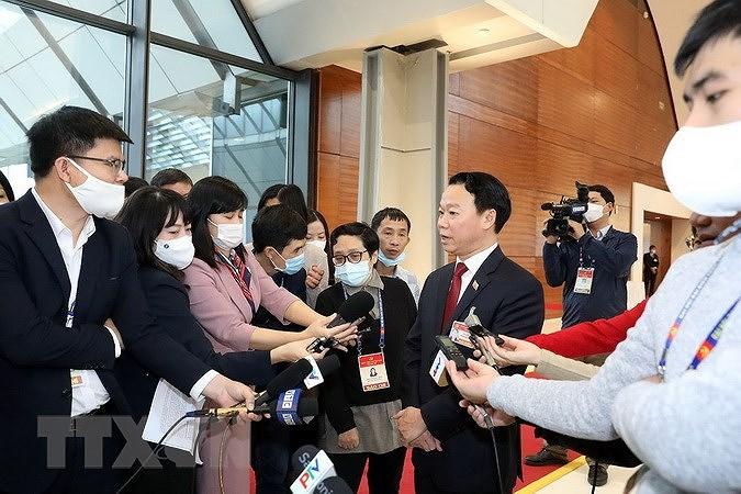 Ông Đỗ Đức Duy, Bí thư Tỉnh ủy Yên Bái trả lời phỏng vấn của phóng viên cơ quan thông tấn, báo chí. (Ảnh: TTXVN)