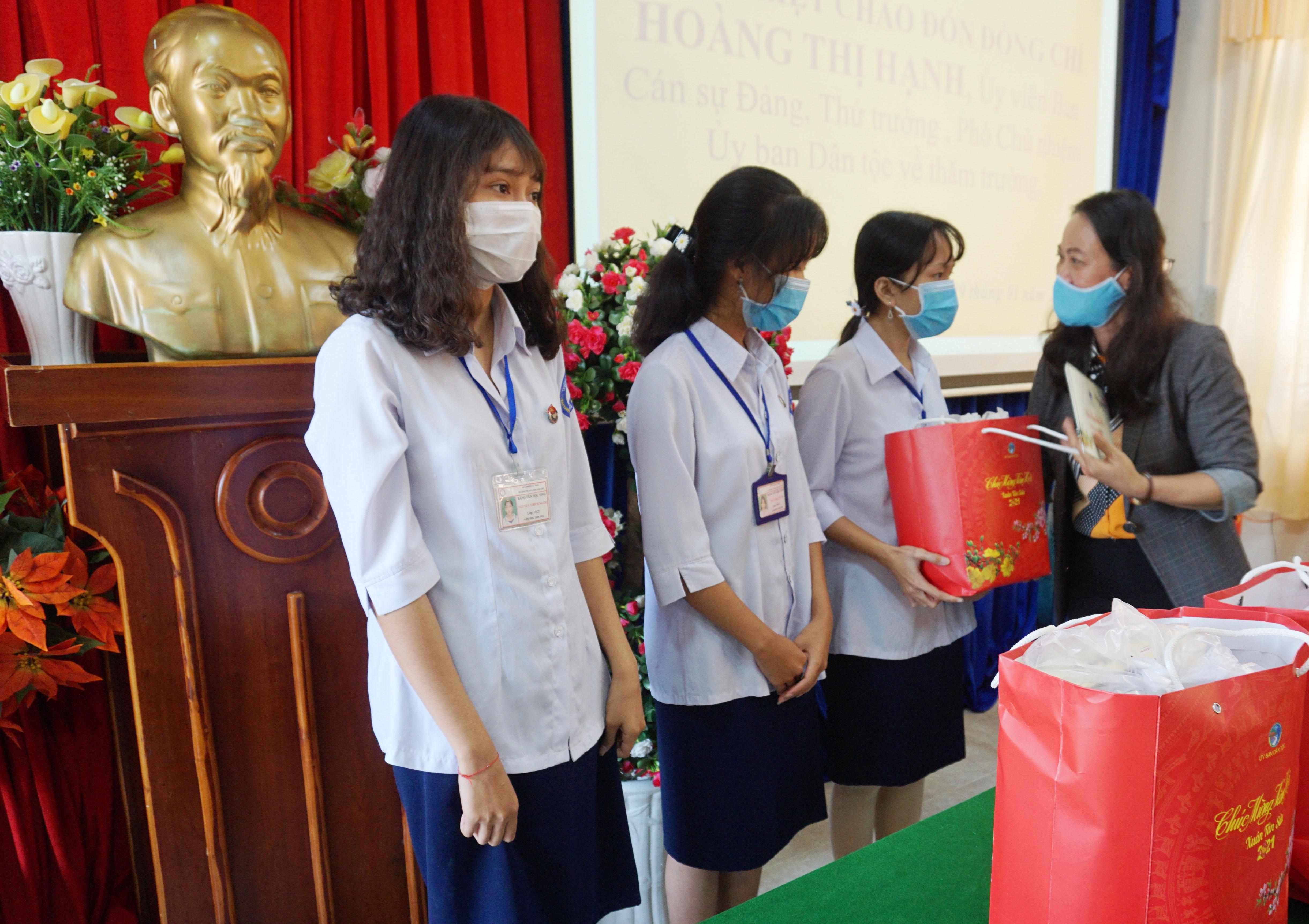 Thứ trưởng, Phó Chủ nhiệm Hoàng Thị Hạnh trao quà cho các em học sinh trường Phổ thông Dân tộc nội trú tỉnh Cà Mau