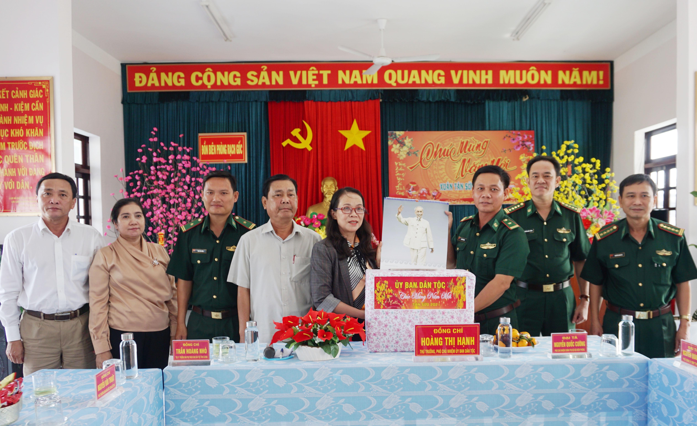 Thứ trưởng, Phó Chủ nhiệm Hoàng Thị Hạnh thay mặt UBDT đã trao tặng Đồn Biên phòng Rạch Gốc phần quà mừng Xuân 2021.