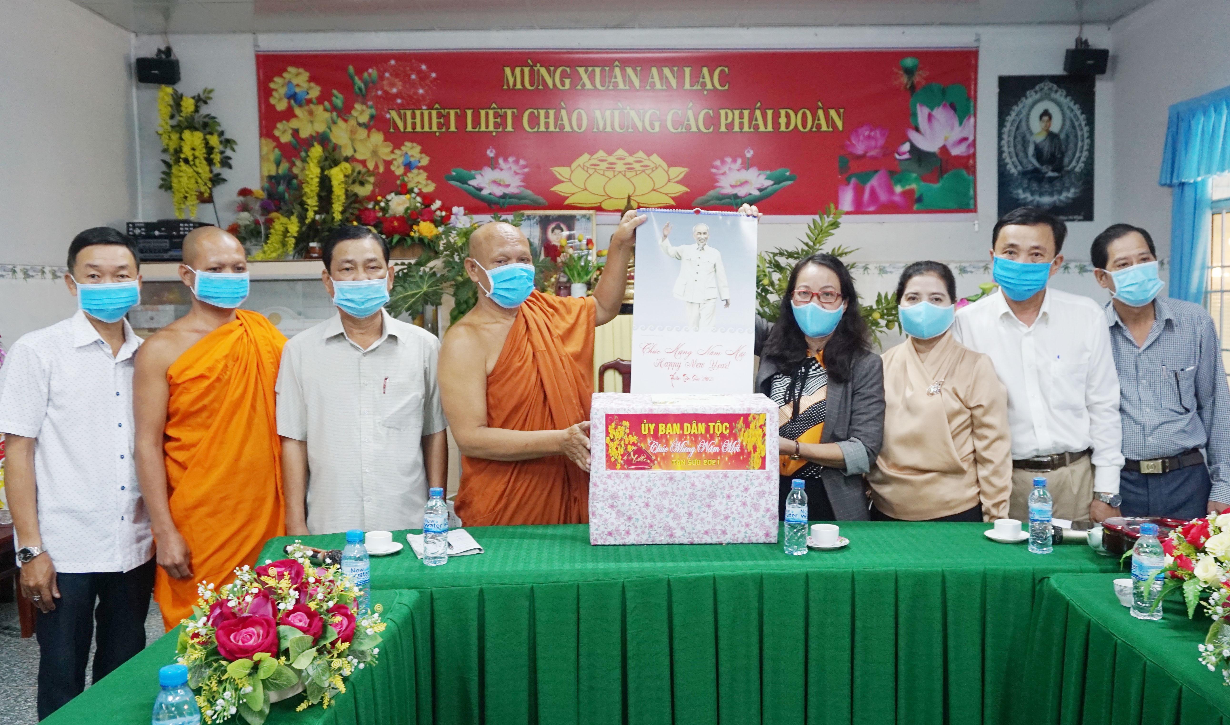 Thứ trưởng, Phó Chủ nhiệm Hoàng Thị Hạnh thăm, tặng quà Hội Đoàn kết sư sãi yêu nước tỉnh Cà Mau.