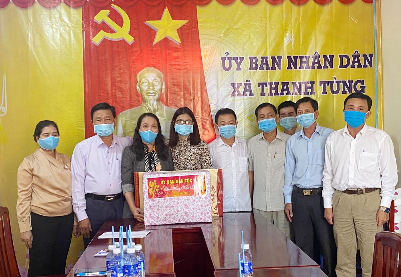 Thứ trưởng, Phó Chủ nhiệm Hoàng Thị Hạnh đến thăm và tặng quà Đảng uỷ, UBND xã Thanh Tùng
