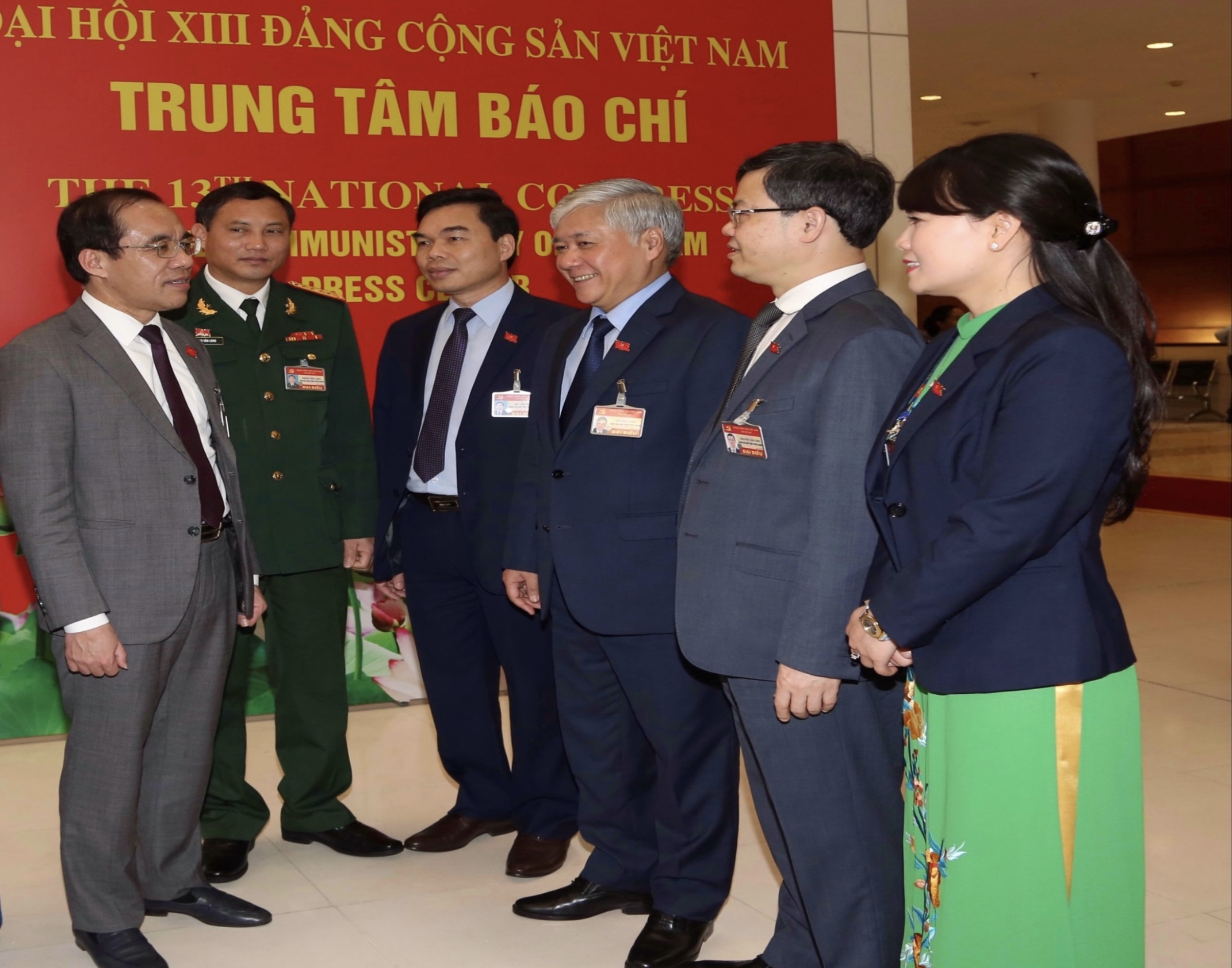 Bộ trưởng, Chủ nhiệm Ủy ban Dân tộc Đỗ Văn Chiến (thứ ba từ phải sang) cùng đoàn đại biểu tỉnh Tuyên Quang trao đổi bên lề Đại hội sáng 30/1/2021