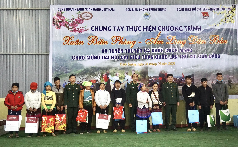 Đồn Biên phòng Trịnh Tường tặng quà các hộ nghèo trên địa bàn quản lý