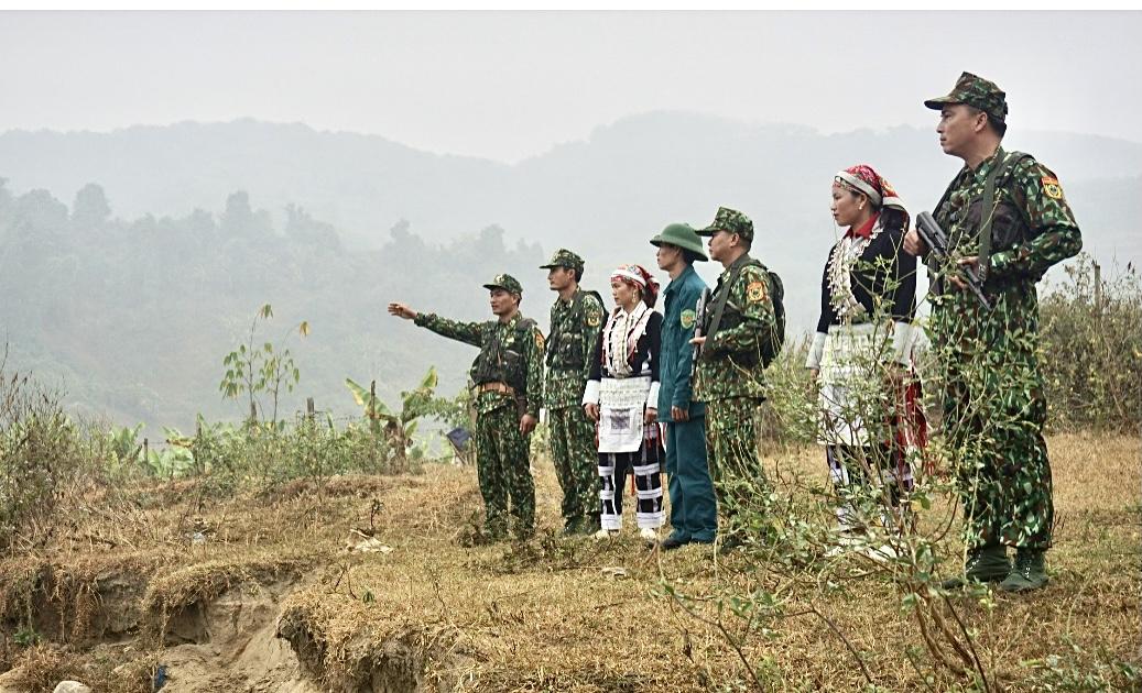 Cán bộ, chiến sĩ Đồn biên phòng Trịnh Tường phối hợp với Nhân dân trong khu vực tuần tra, bảo vệ biên giới
