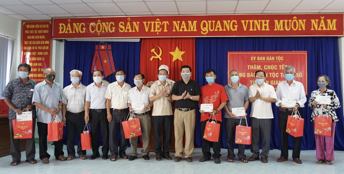 Thứ trưởng, Phó Chủ nhiệm Lê Sơn Hải thăm, tặng quà hộ gia đình chính sách và Người có uy tín của TP. Châu Đốc (An Giang)