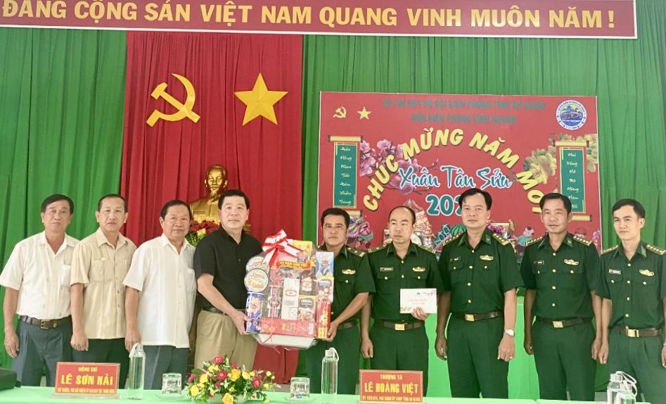 Thứ trưởng, Phó Chủ nhiệm Lê Sơn Hải thăm hỏi, tặng quà Đồn Biên phòng Vĩnh Nguơn.