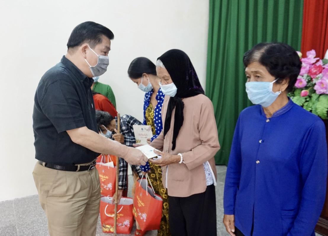 Do ảnh hưởng dịch bệnh Covid – 19, Thứ trưởng, Phó Chủ nhiệm Lê Sơn Hải trao quà cho đại diện 5 hộ đồng bào DTTS huyện Trần Đề (Sóc Trăng)