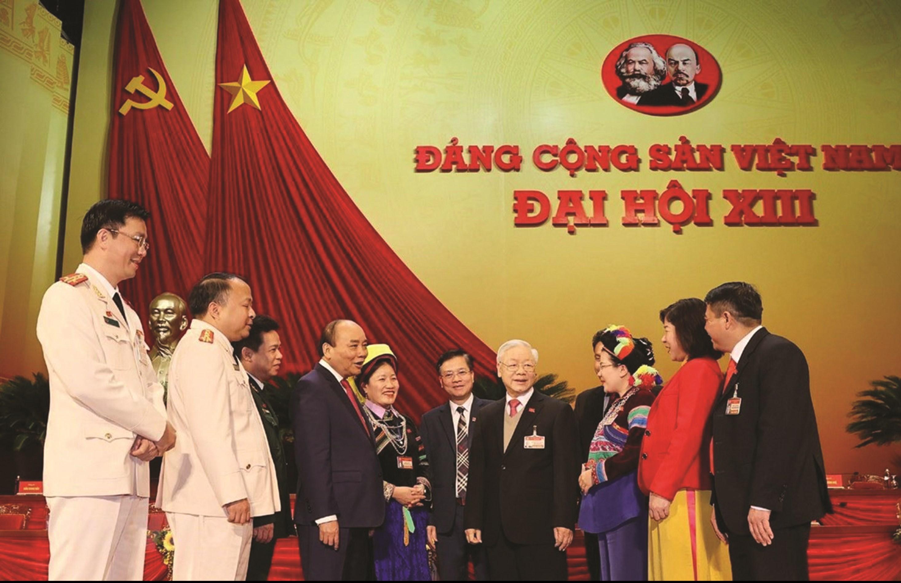 Tổng Bí thư, Chủ tịch nước Nguyễn Phú Trọng và Ủy viên Bộ Chính trị, Thủ tướng Chính phủ Nguyễn Xuân Phúc gặp gỡ các đại biểu dự Đại hội, sáng 29/1/2021.