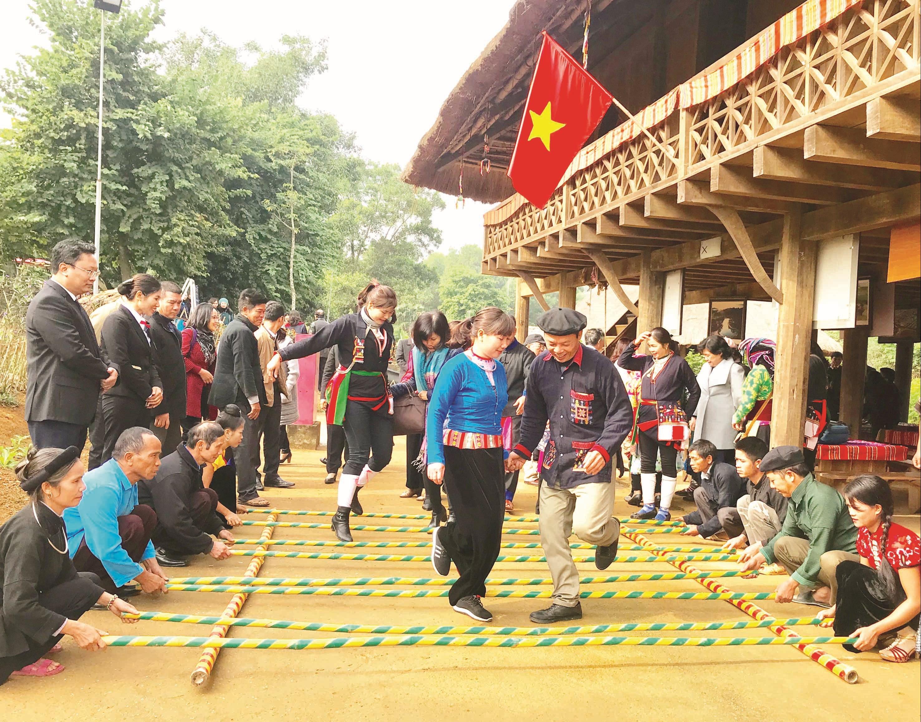 Niềm vui ngày hội của đồng bào DTTS. Ảnh chụp tại Làng Văn hóa Du lịch các Dân tộc Việt Nam (Hà Nội).