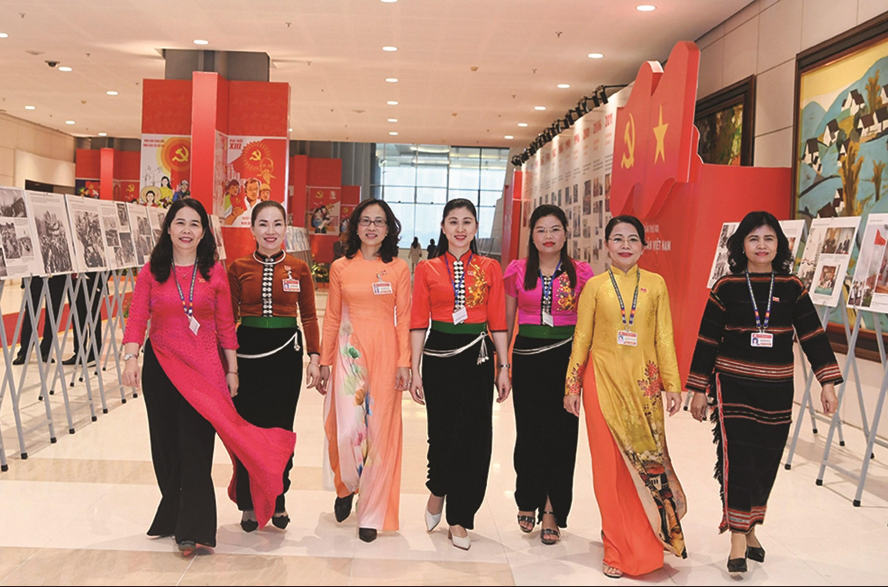 Các đại biểu nữ tham dự Đại hội lần thứ XIII của Đảng.