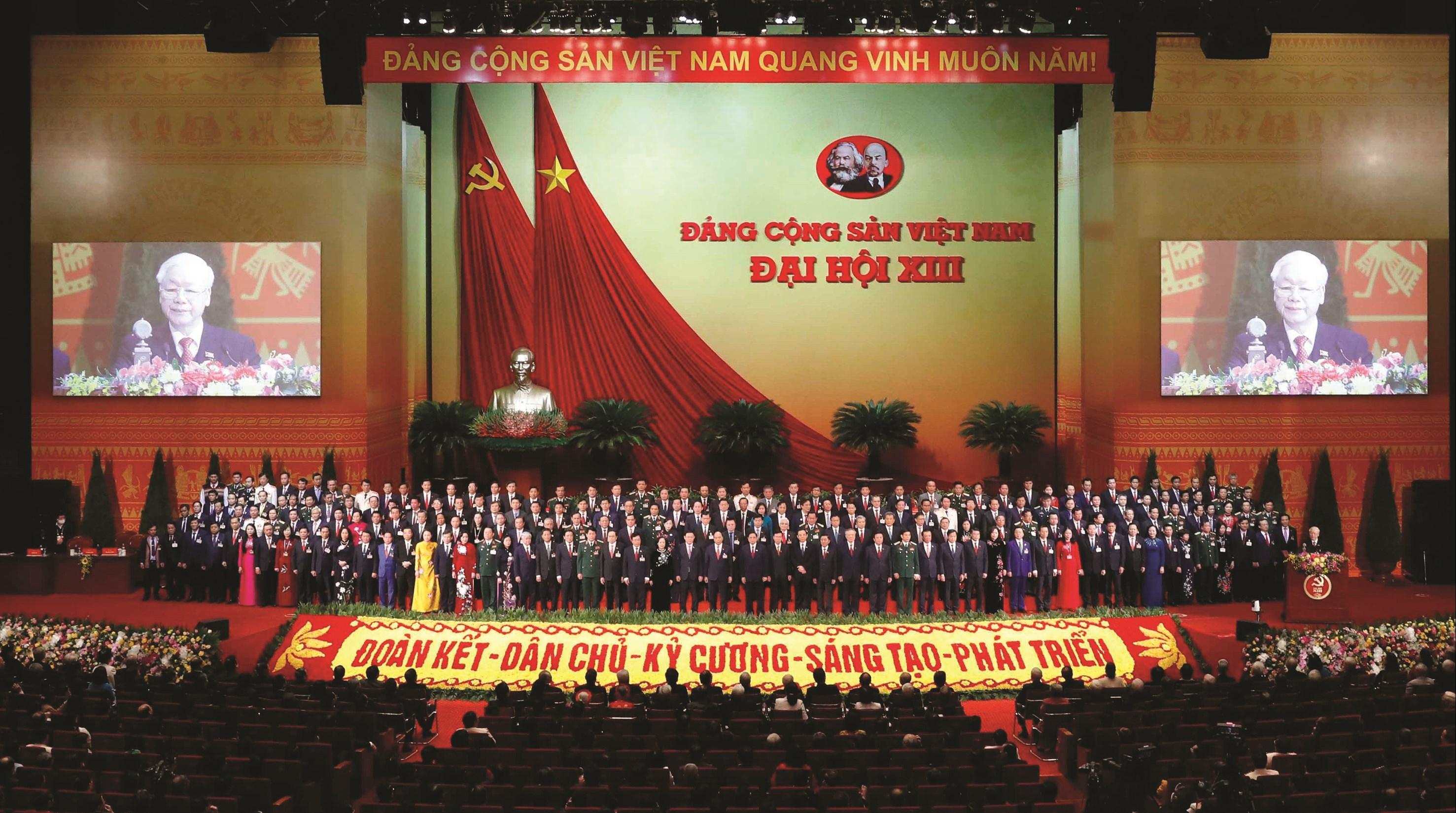 Ban Chấp hành Trung ương Đảng khóa XIII ra mắt Đại hội sáng 1/2/2021.