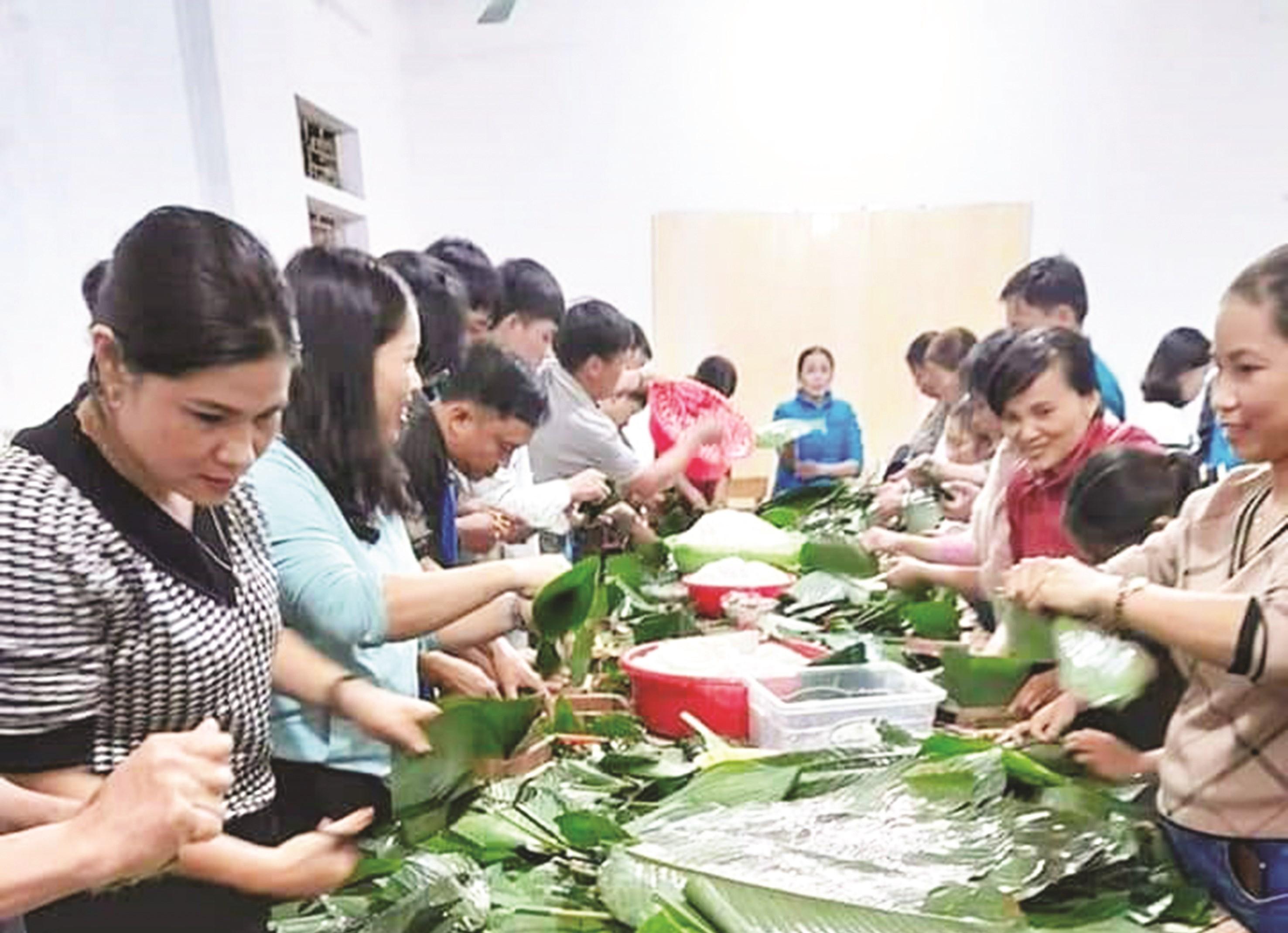 Người dân xứ Nghệ gói bánh chưng ủng hộ vùng lũ.