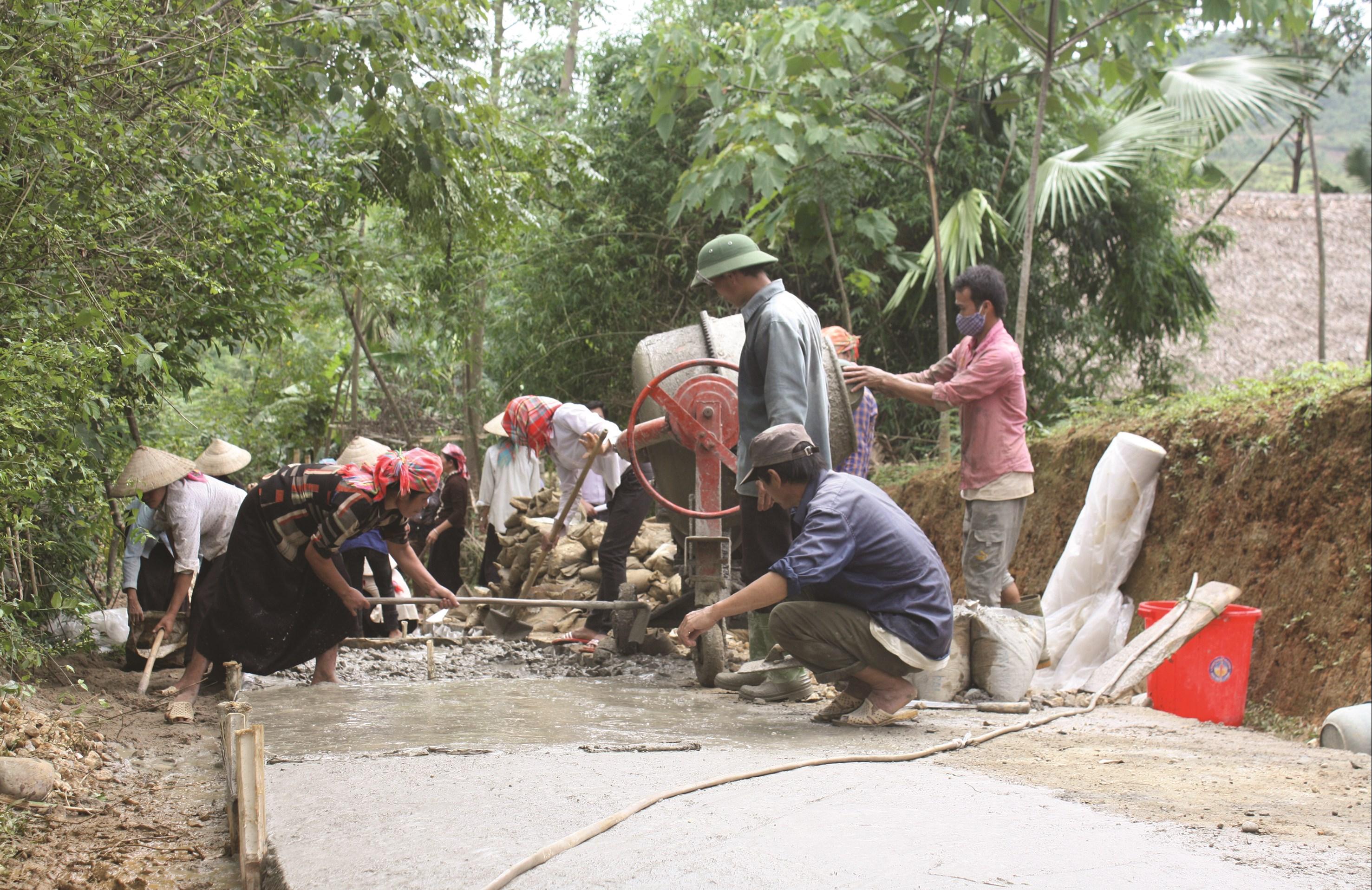 Người dân góp công, góp sức làm đường giao thông nông thôn ở Lào Cai.