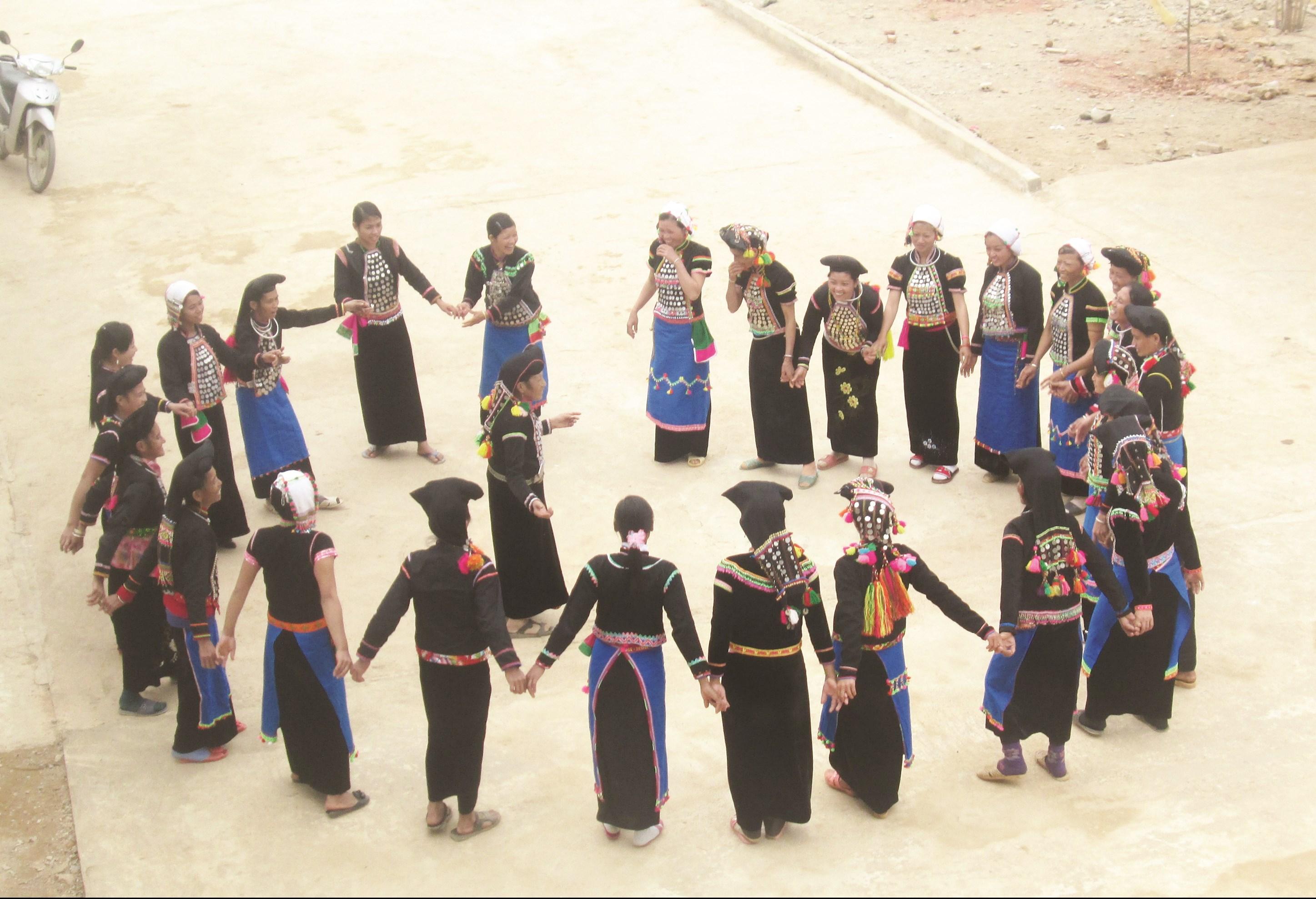 Nghệ nhân người Si La truyền dạy cho thế hệ trẻ điệu dân vũ truyền thống.