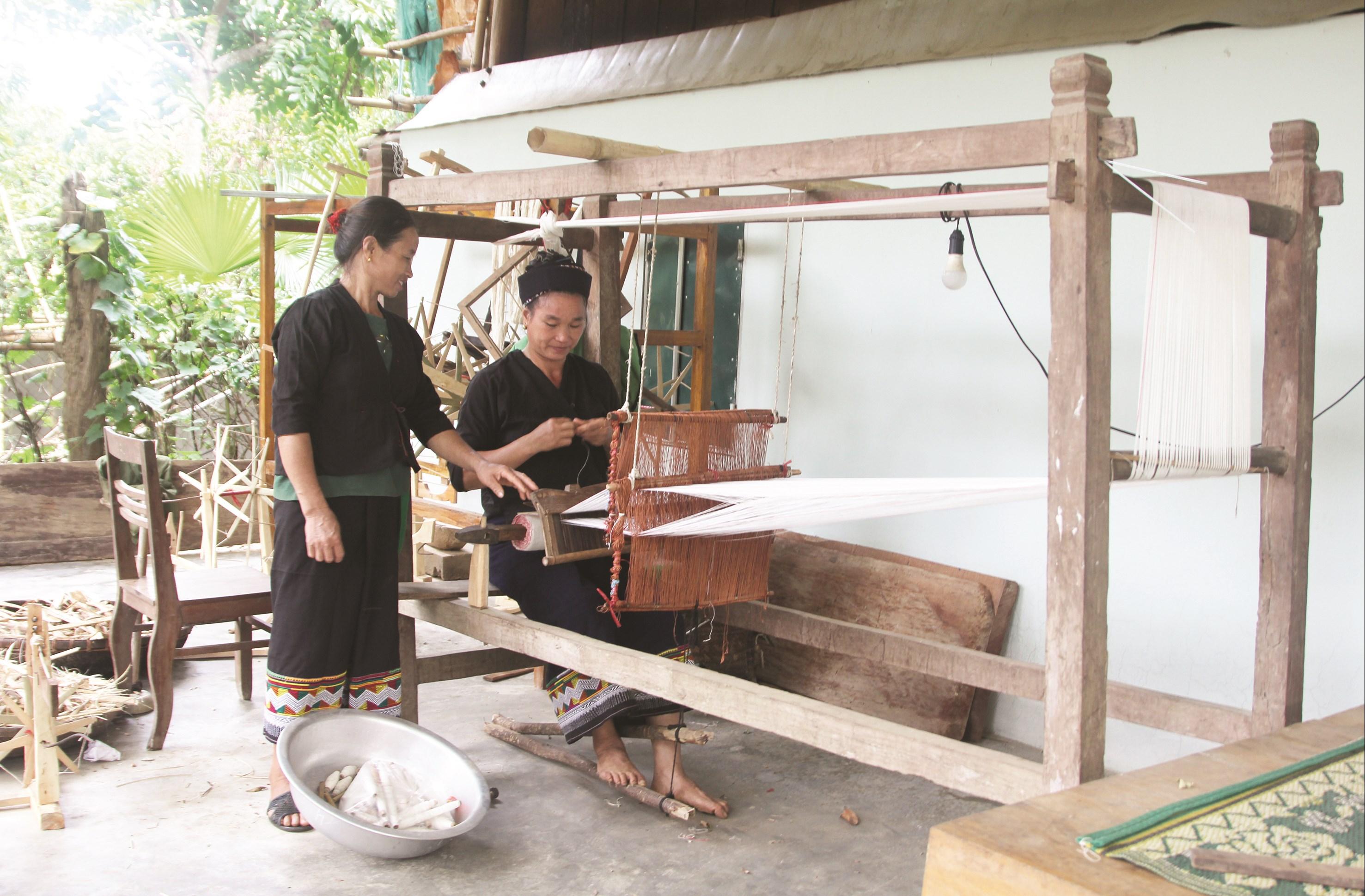 Người Ơ Đu dệt vải làm trang phục truyền thống.
