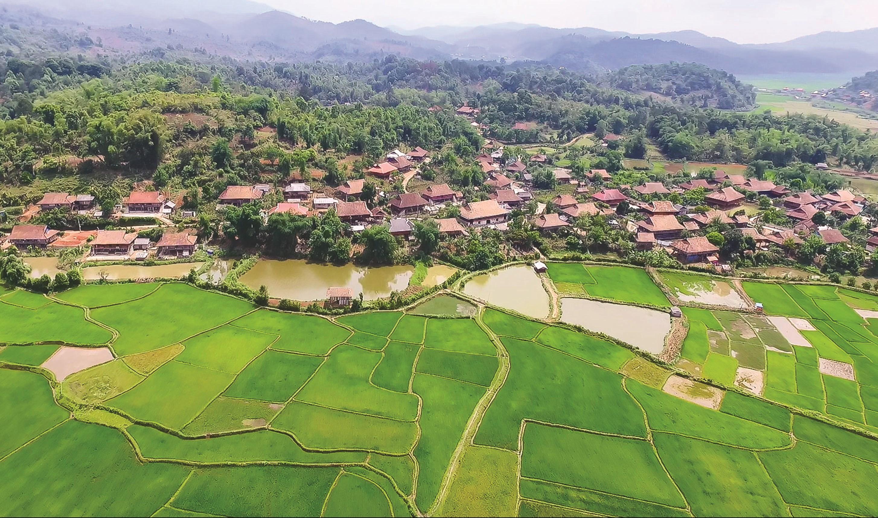 Bản Che Căn hấp dẫn du khách bởi khung cảnh thanh bình, thơ mộng.