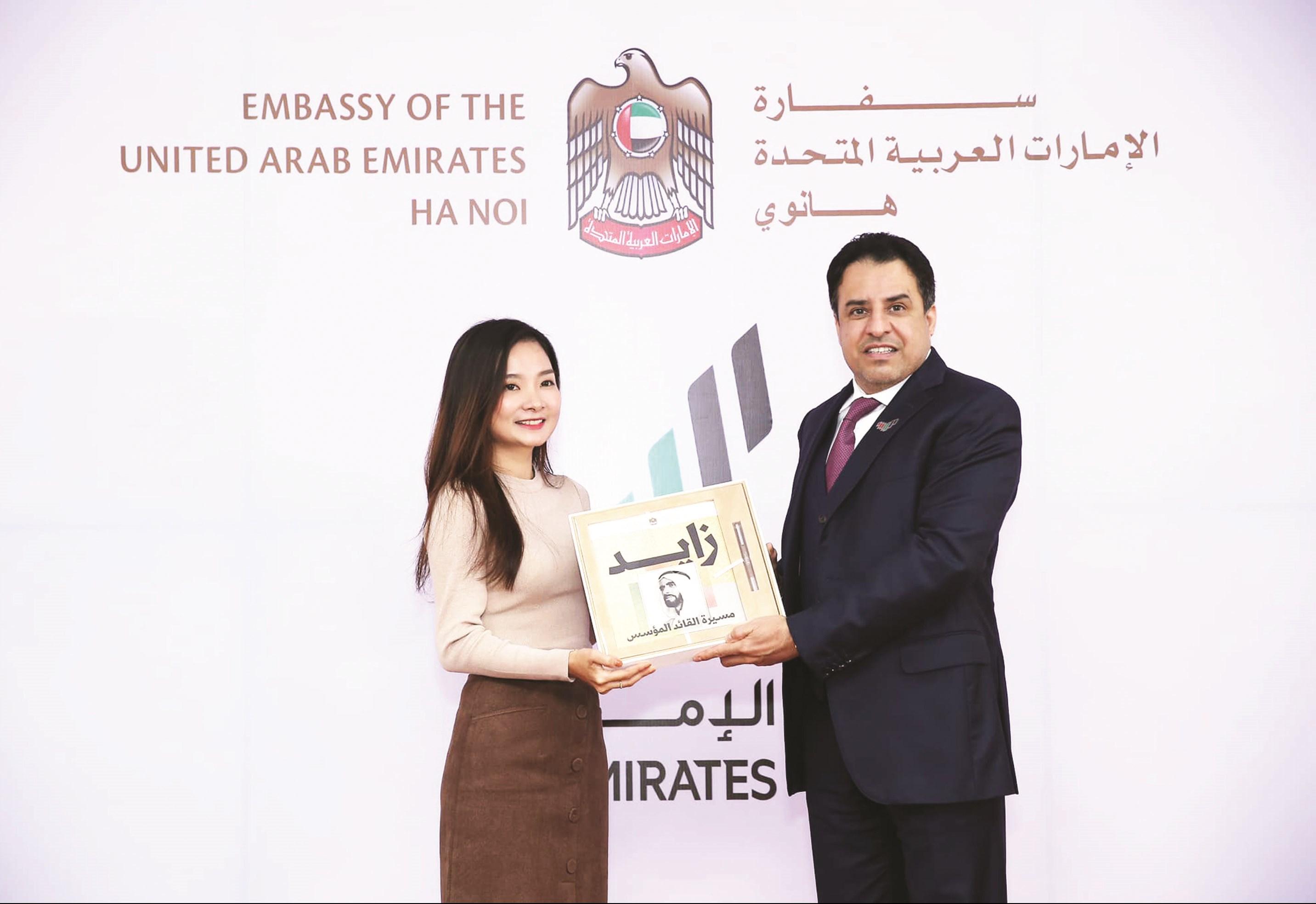 Đại sứ UAE tại Việt Nam trao quà cho Phạm Thị Thùy Vân nhân Lễ kỷ niệm Ngày Quốc tế tiếng Ả Rập 18/12.
