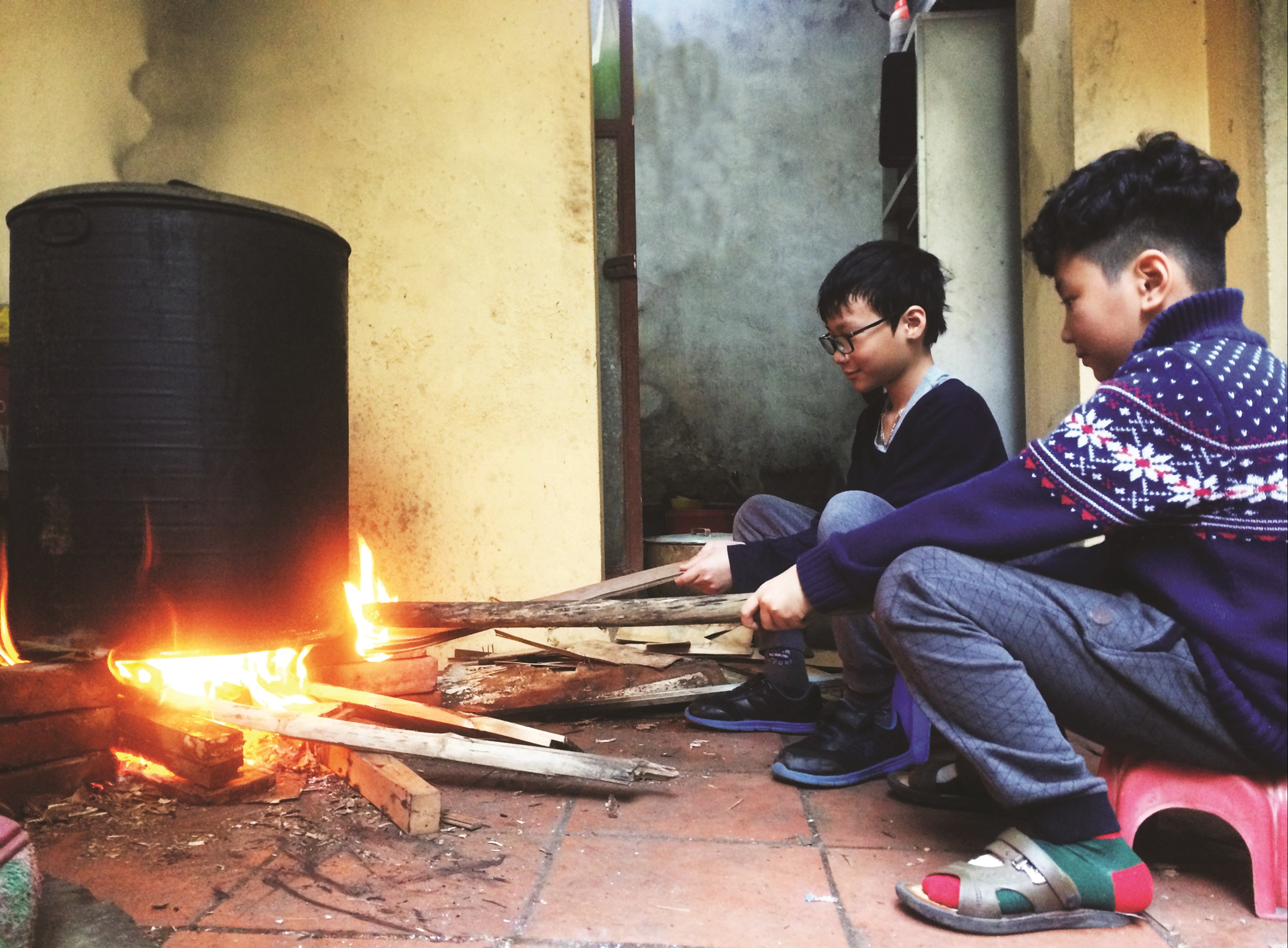 Em trai tôi thay thế cho tôi ngày xưa để tiếp tục những trò chơi đầy mơ mộng mà cũng rất dại dột với lửa.