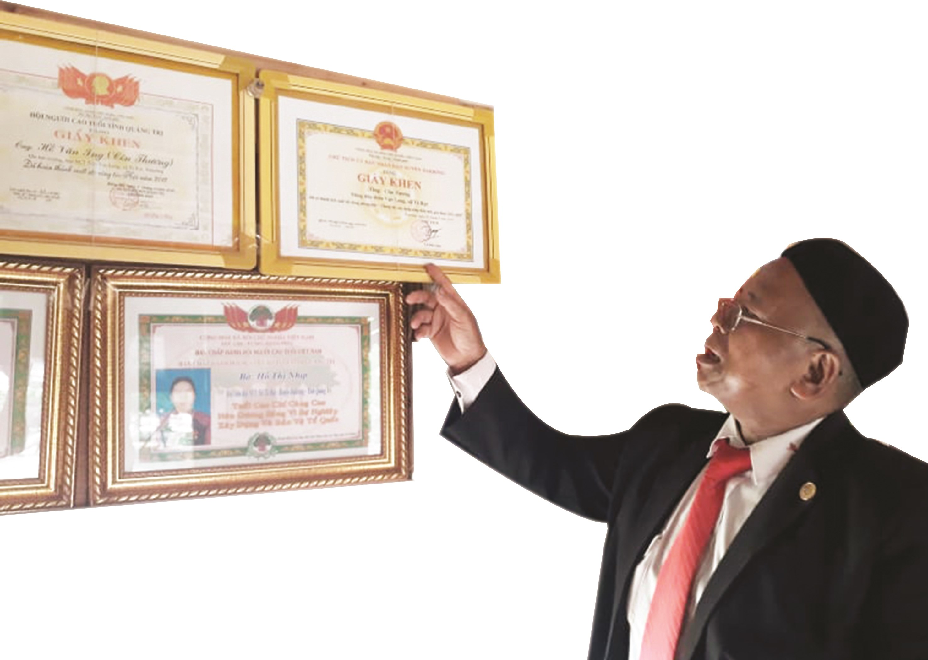Già Côn Hương được UBND huyện Đakrông tặng giấy khen, ghi nhận đóng góp xây dựng nông thôn mới giai đoạn 2016 - 2020.