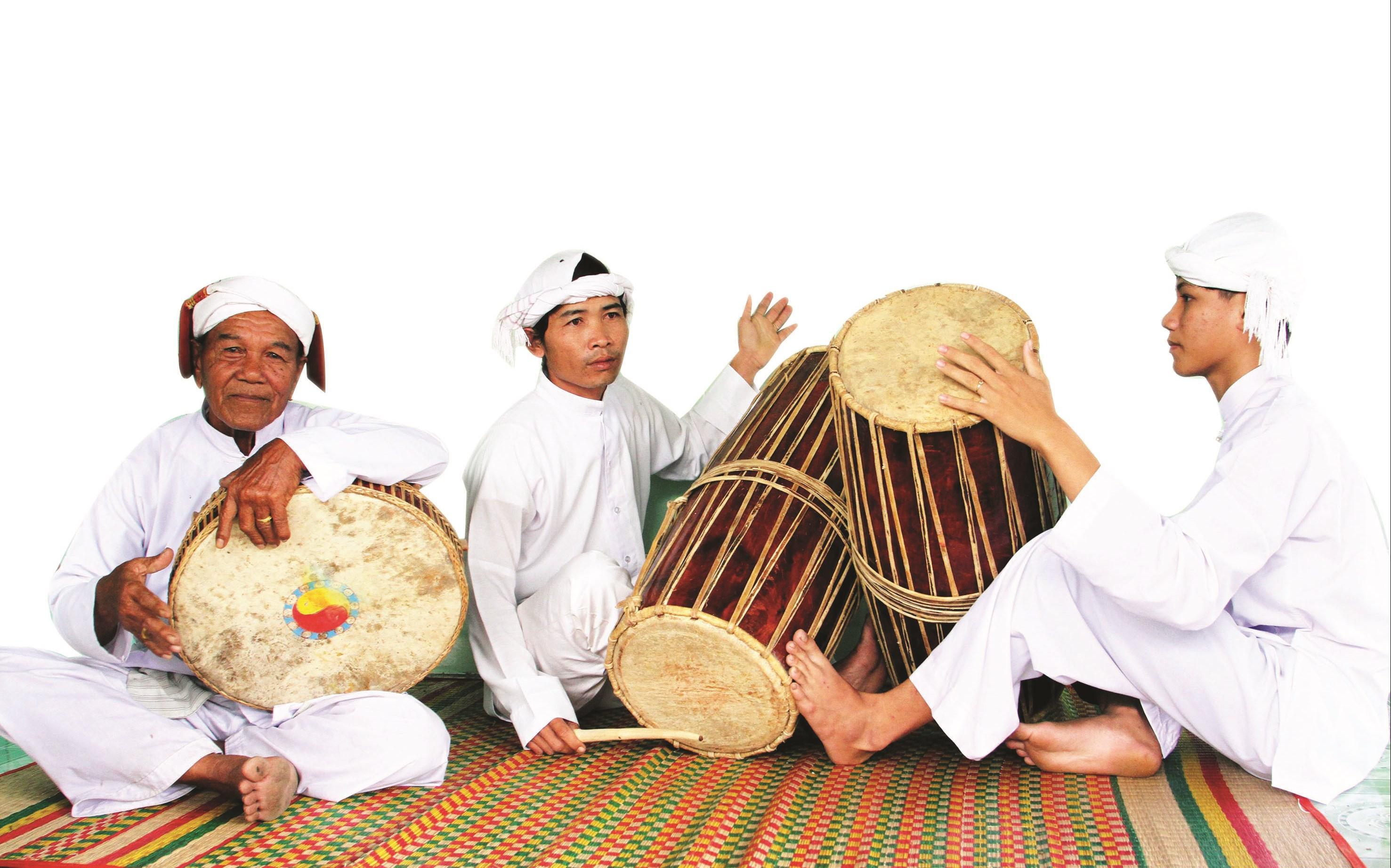Nghệ nhân Hán Quân (ngoài cùng bên trái) và các học trò thể hiện các làn điệu mừng đón mùa Xuân mới Tân Sửu 2021.