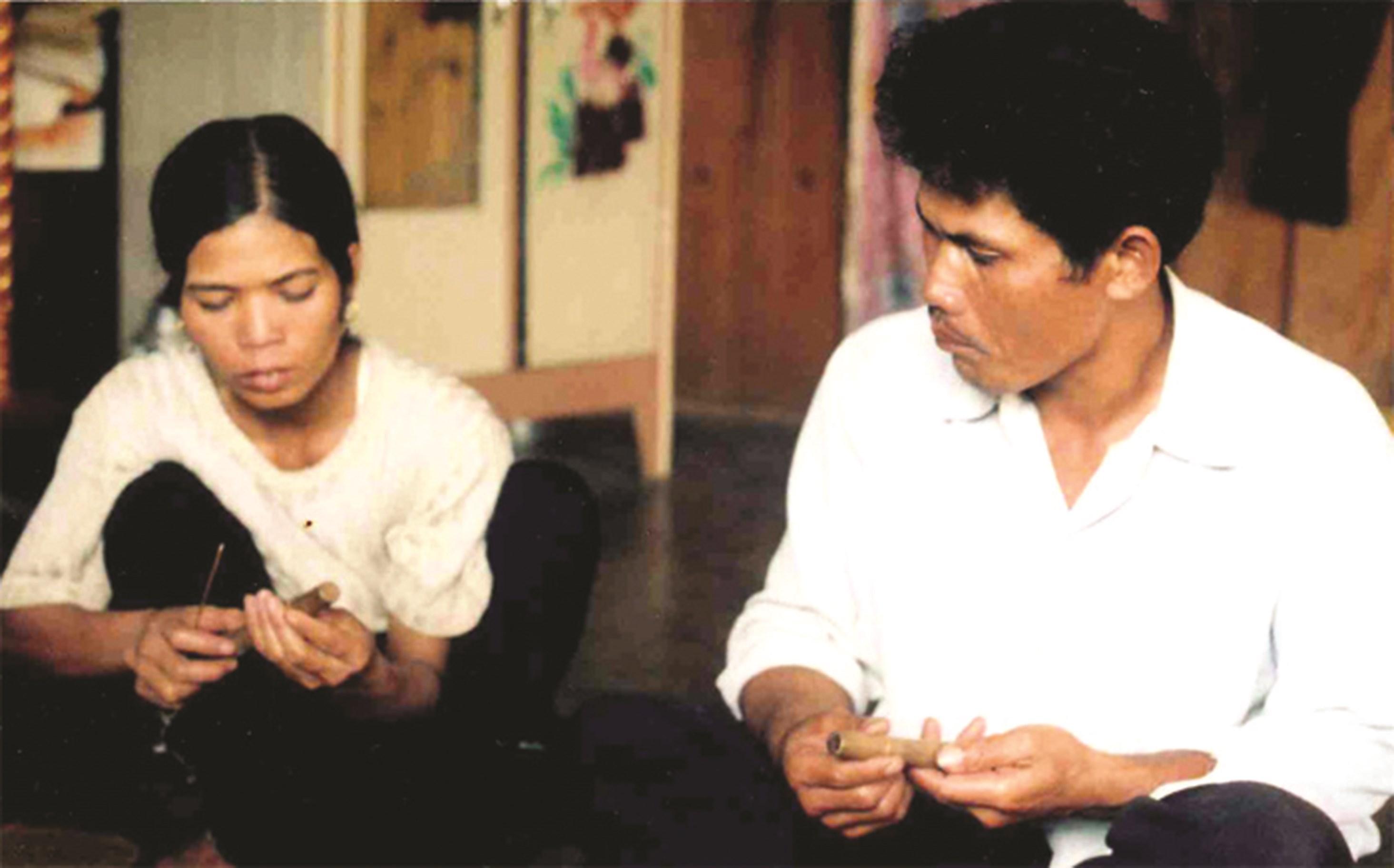 Nghệ nhân Ya Tuất và vợ với cặp nhẫn uyên ương.