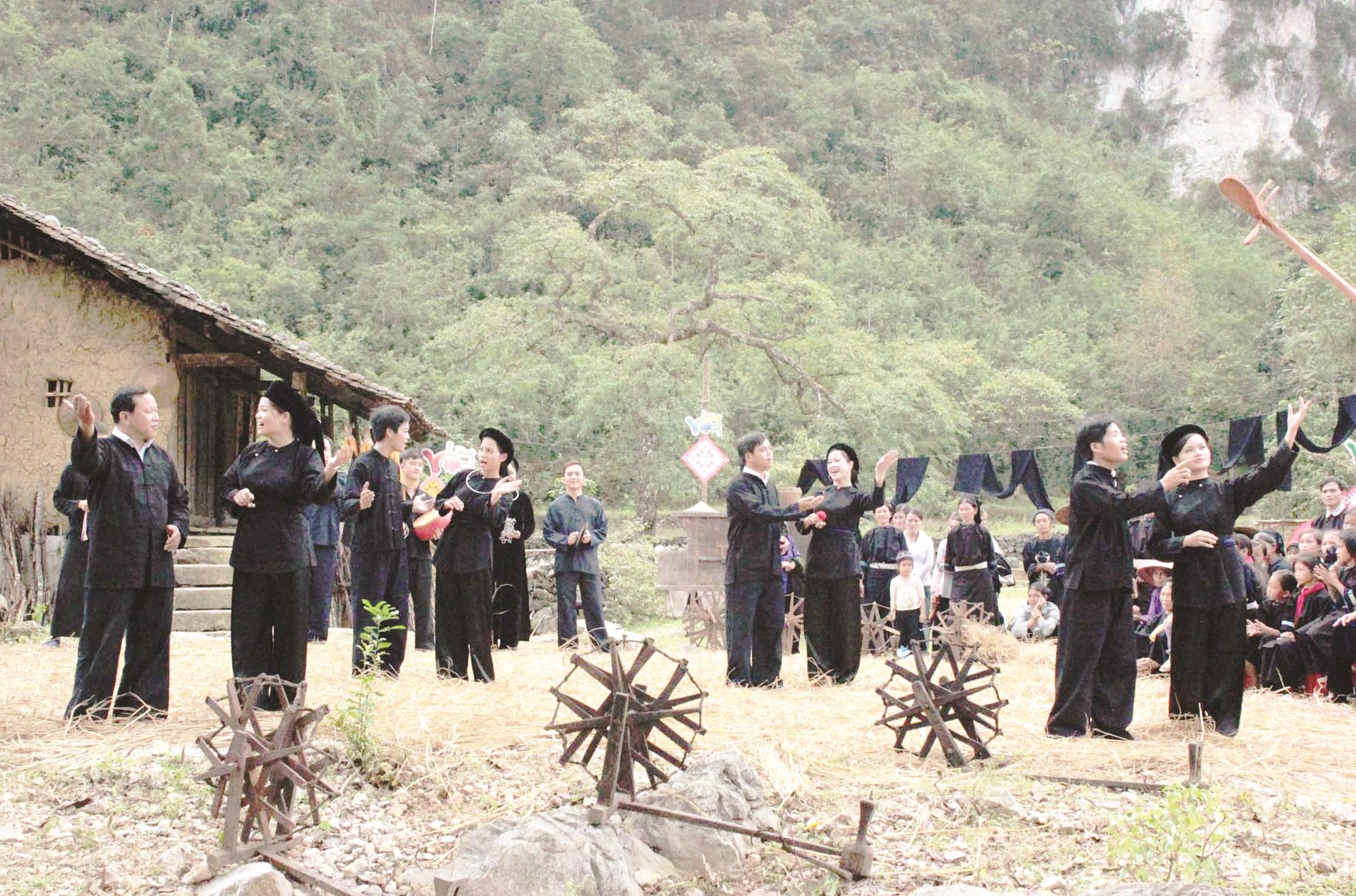 Biểu diễn lượn slương trong ngày Tết ở xã Đức Xuân, huyện Thạch An.