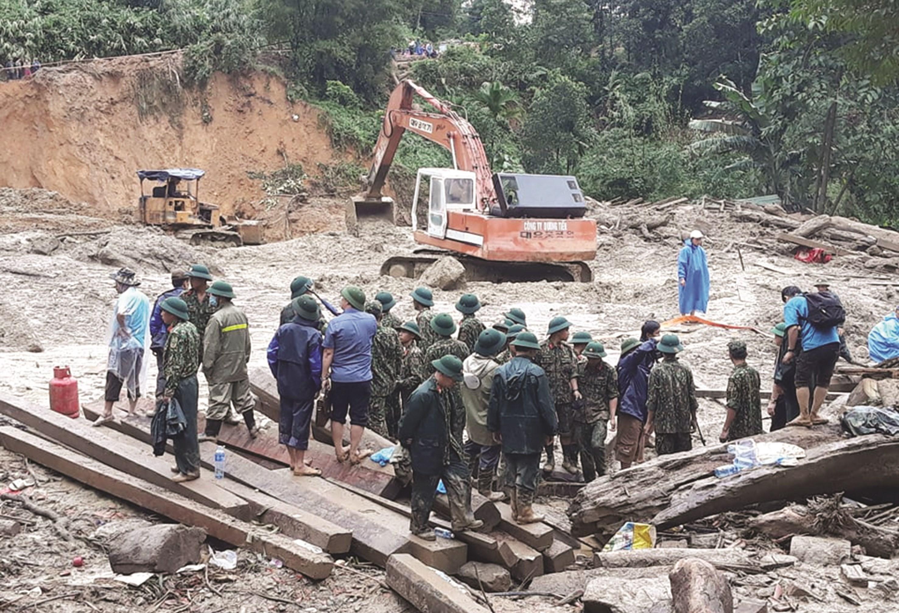 Các lực lượng quân sự, công an... cứu hộ sạt lở núi ở Nam Trà My.