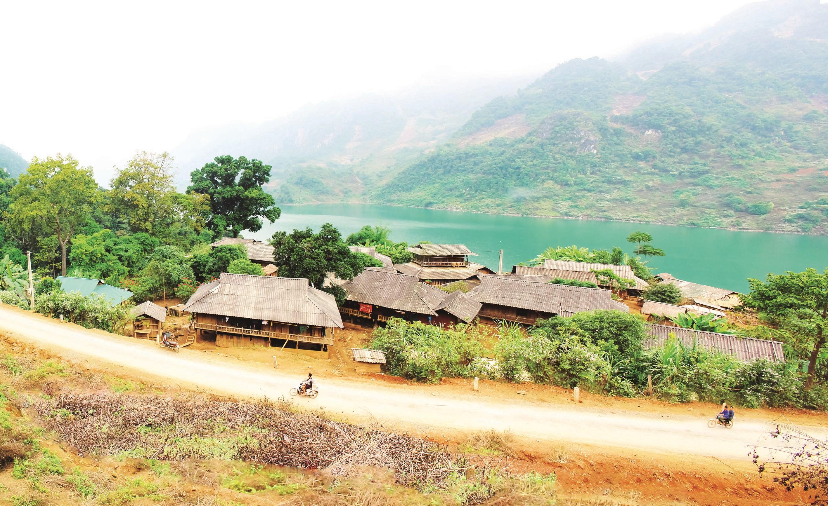Một góc bản người Dao bên dòng sông Đà.