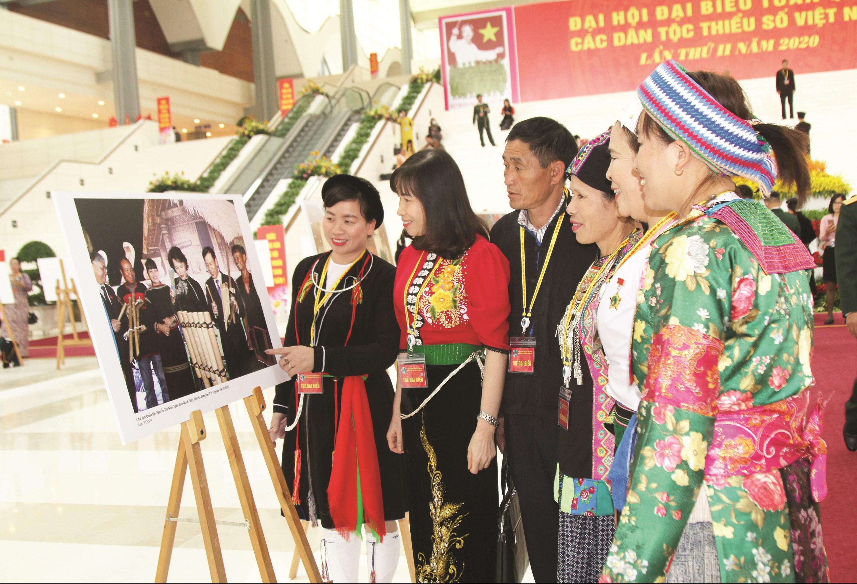 Các đại biểu xem triển lãm ảnh bên lề Đại hội.
