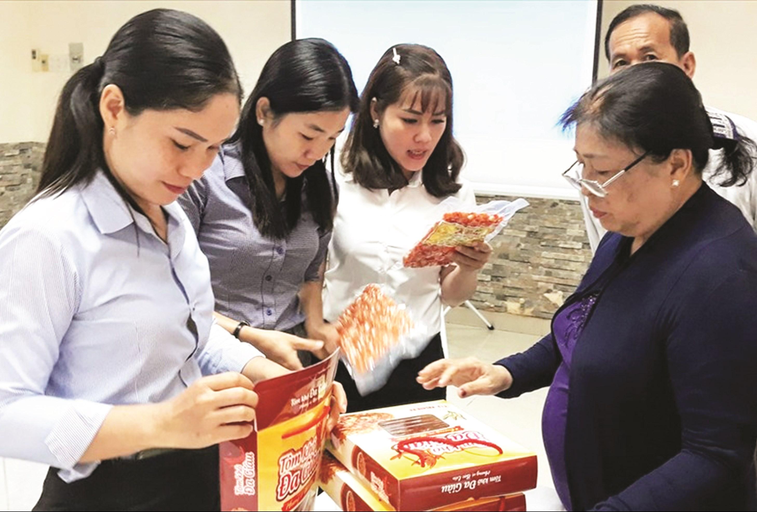 Các đại biểu tham quan gian hàng của chị Chau Thị Dịu.