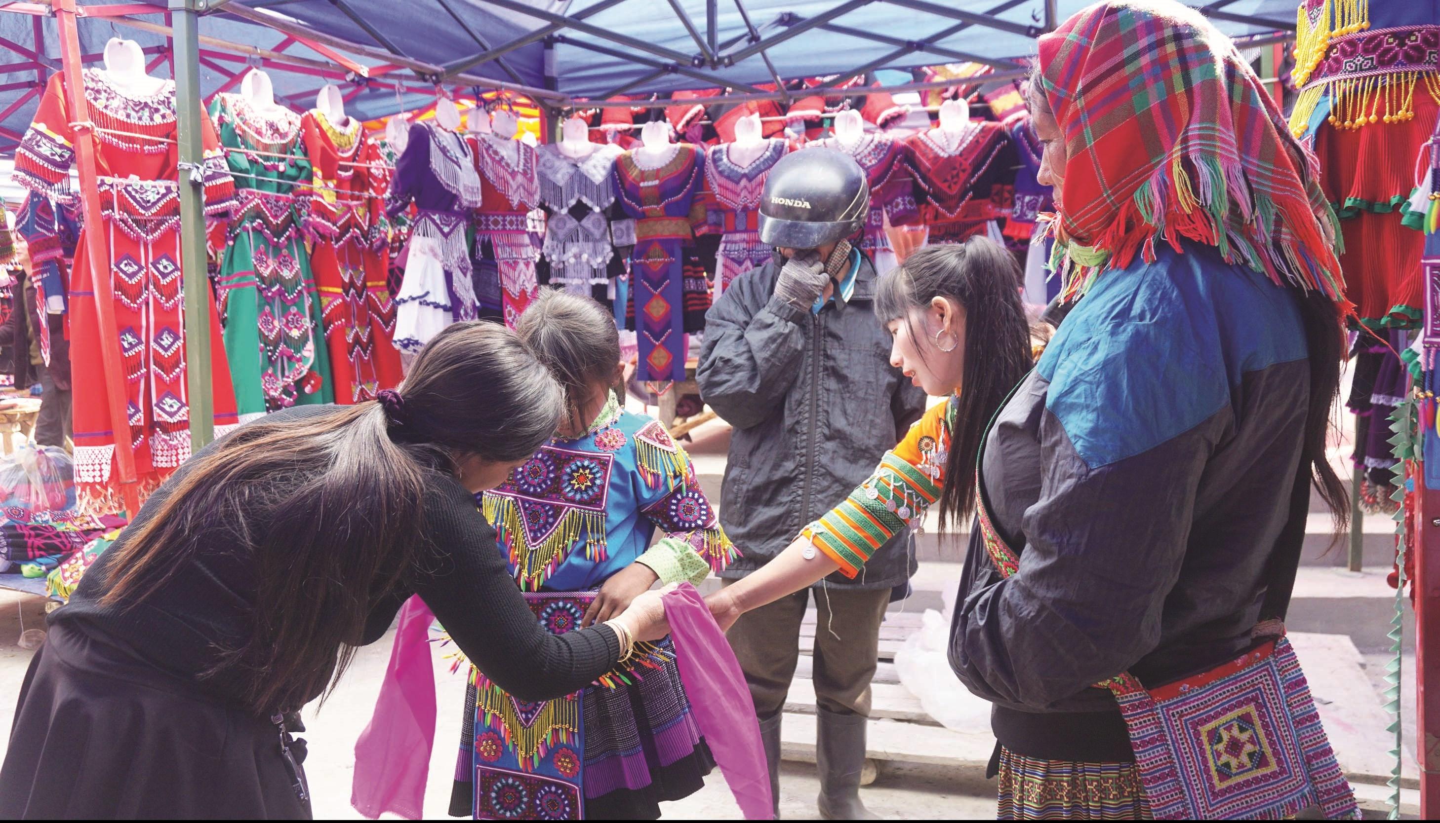 Các bà mẹ tranh thủ xuống chợ mua cho con trẻ bộ váy áo